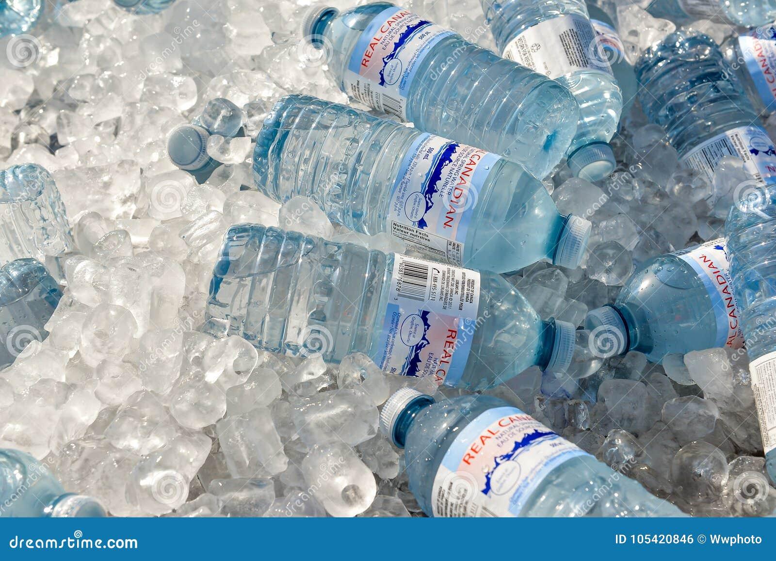 Bouteille de l eau sur la glace