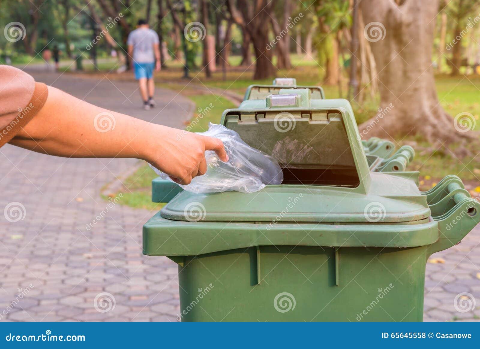 Bouteille de lancement de main dans des poubelles