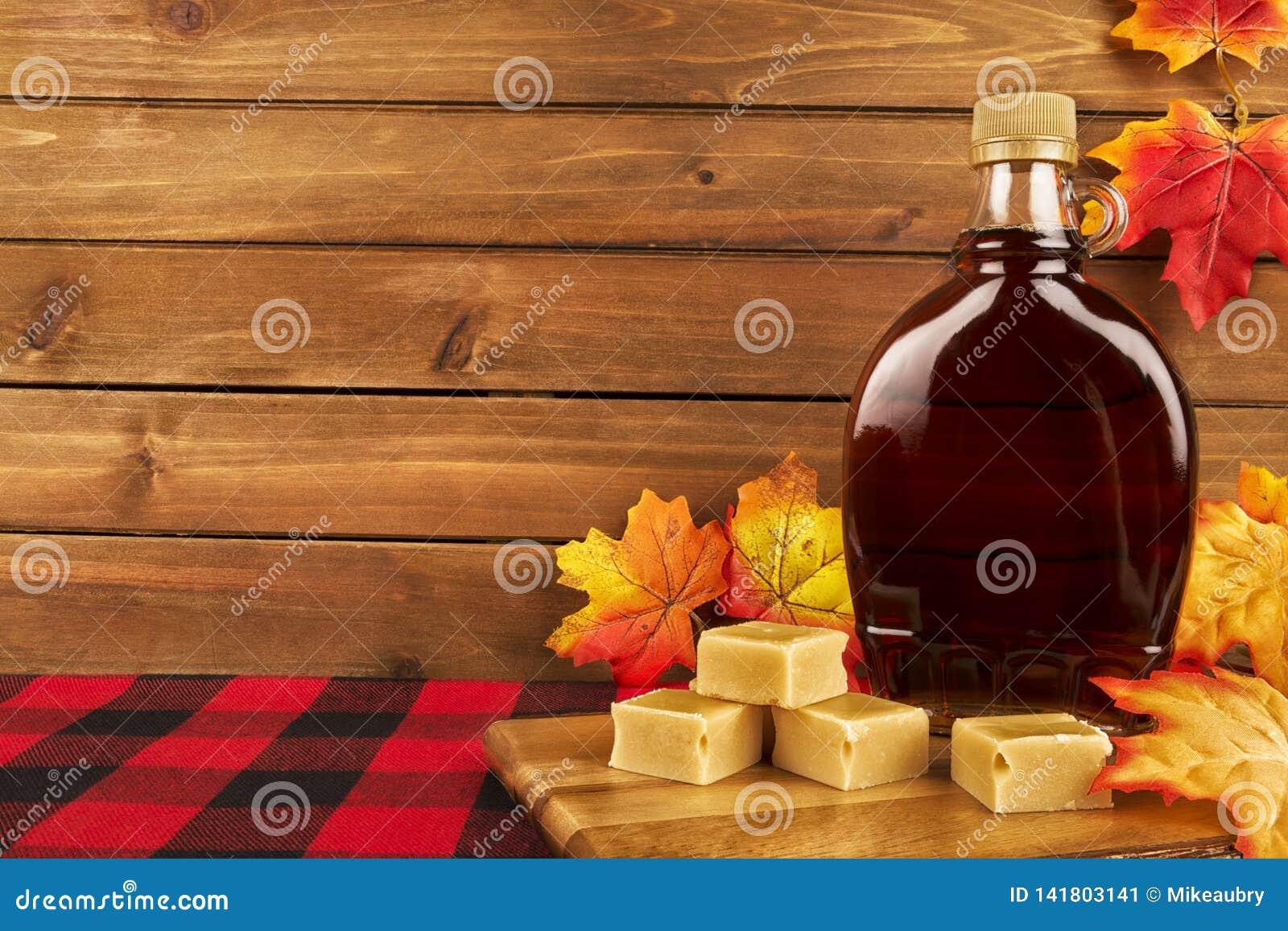 Planche En Bois Deco bouteille de sirop d'érable sur une planche en bois feuilles