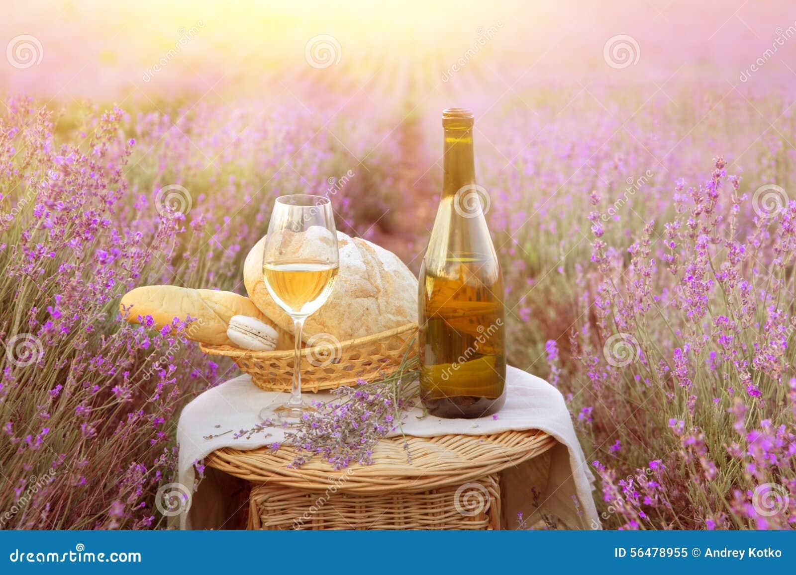 Bouteille de vin contre la lavande