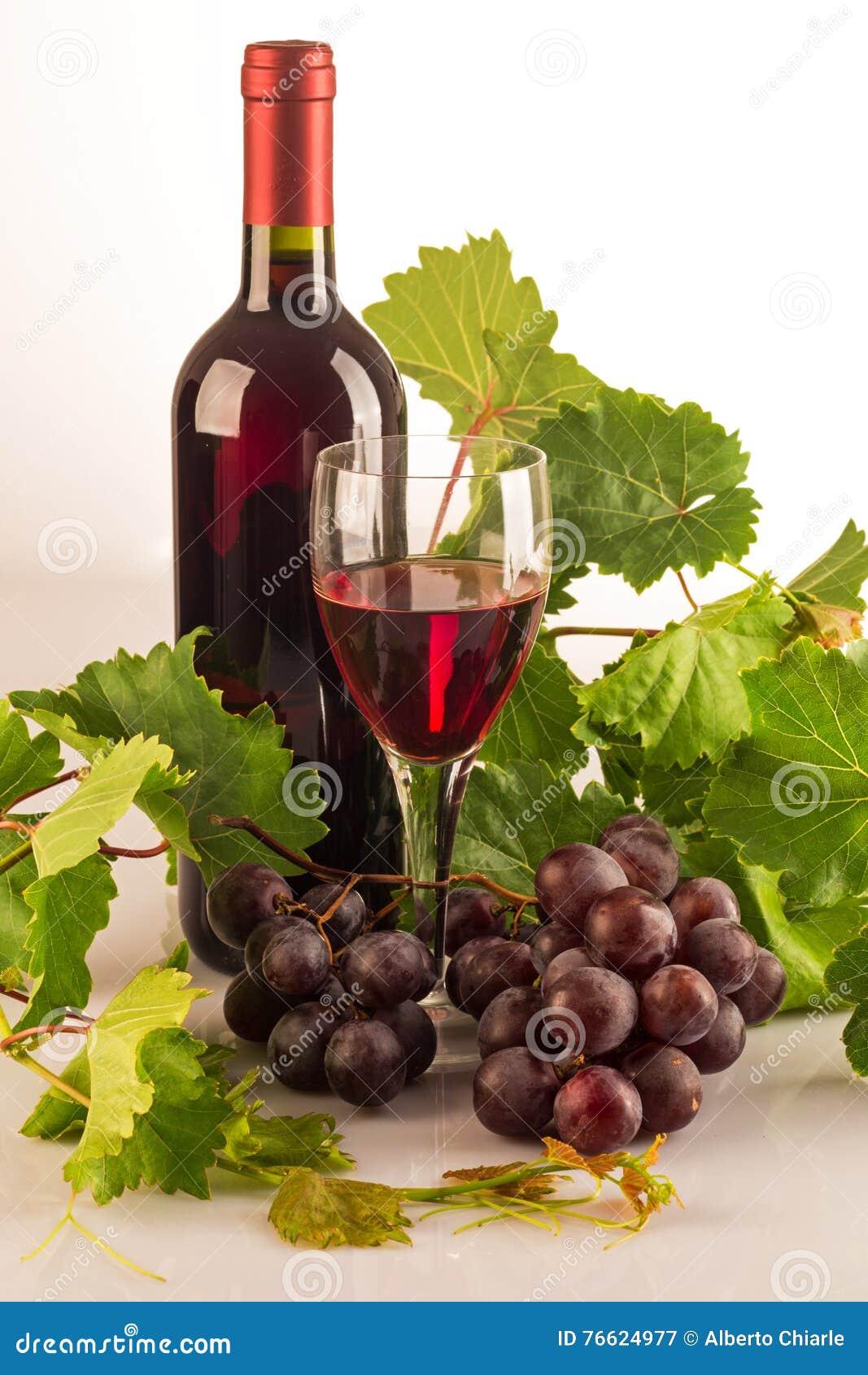 bouteille de vin rouge avec les feuilles vertes de vigne les raisins et un verre plein du vin. Black Bedroom Furniture Sets. Home Design Ideas