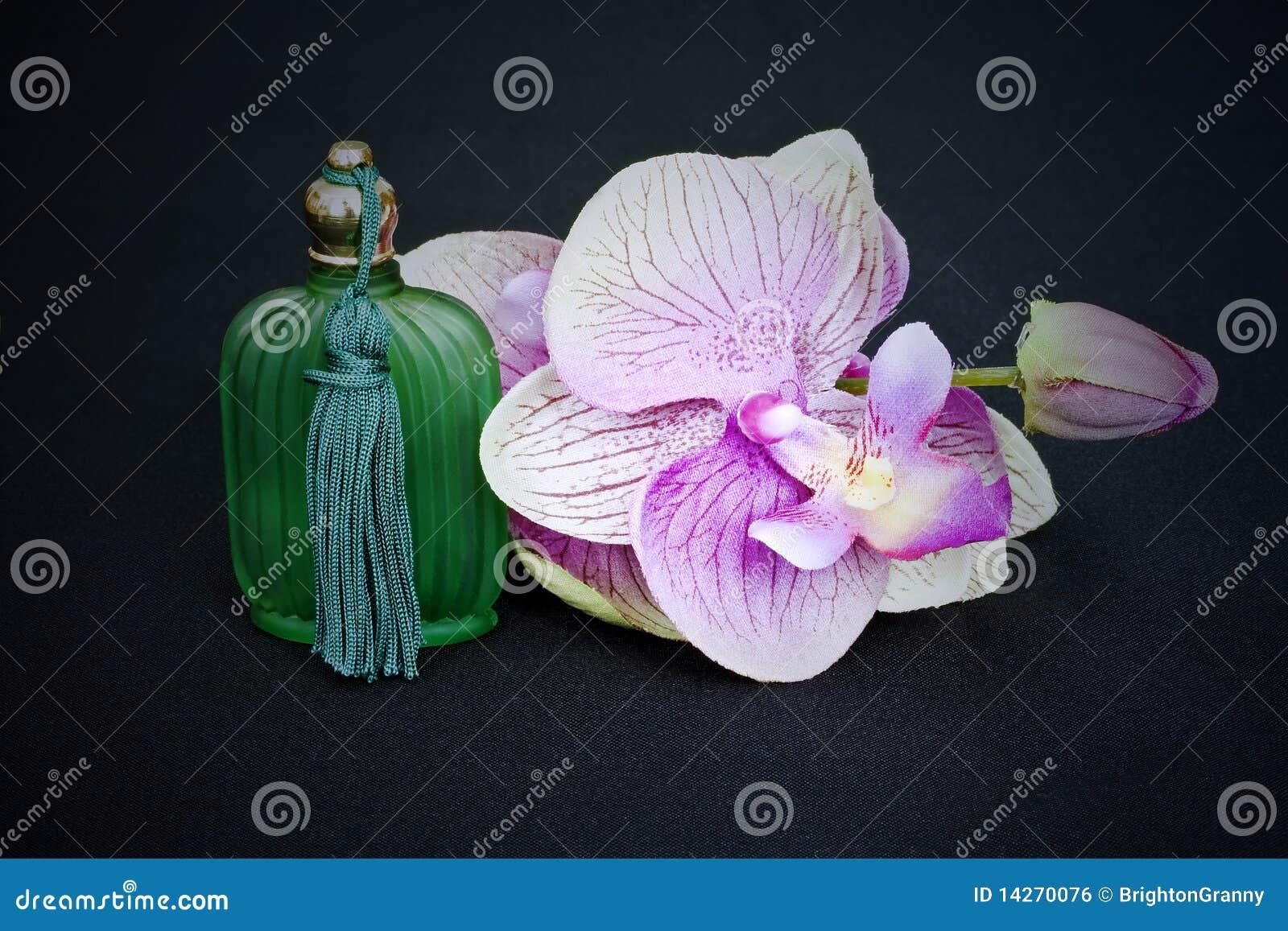 Bouteille en verre et orchidée