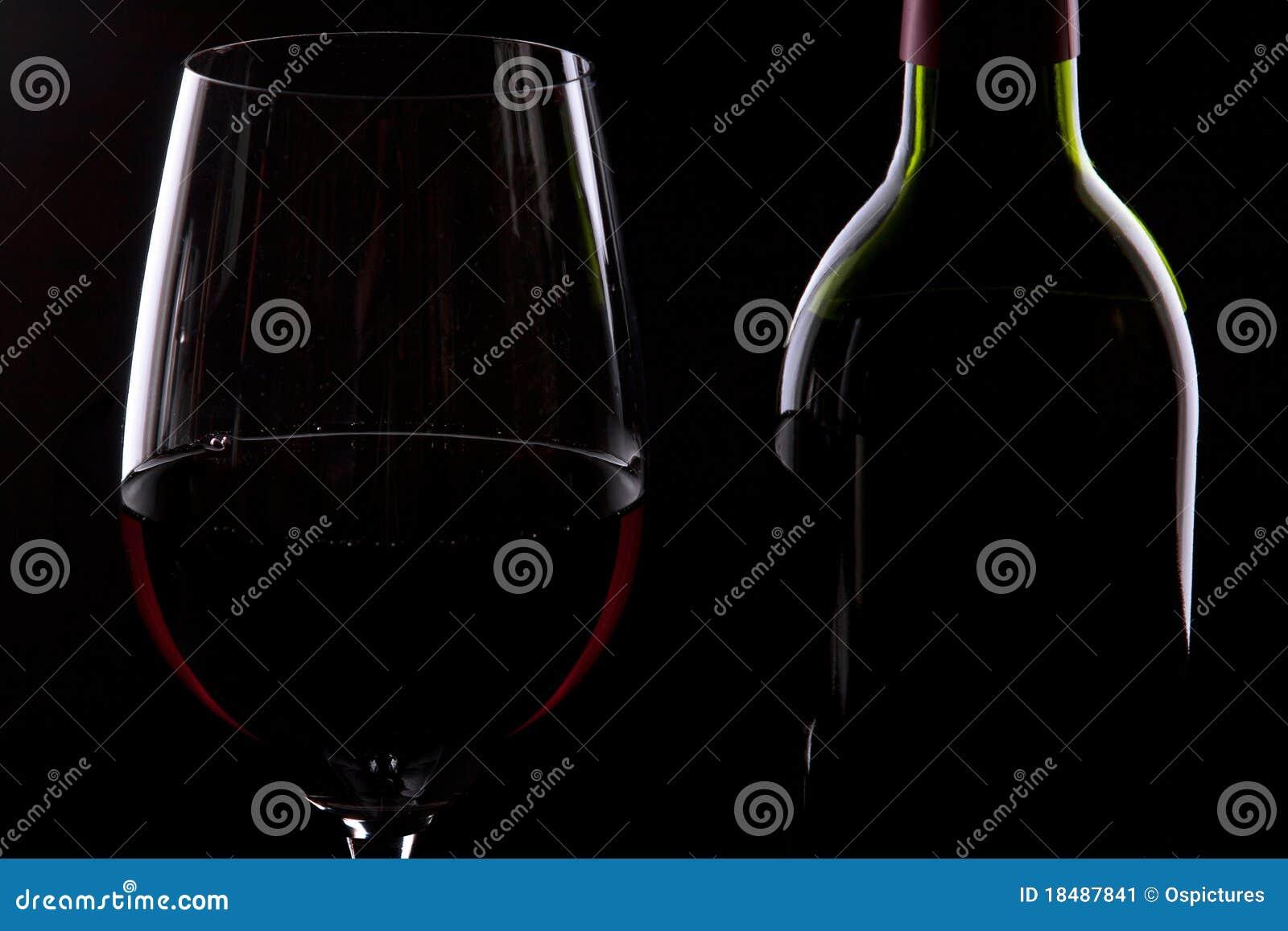 Bouteille et glace de vin rouge