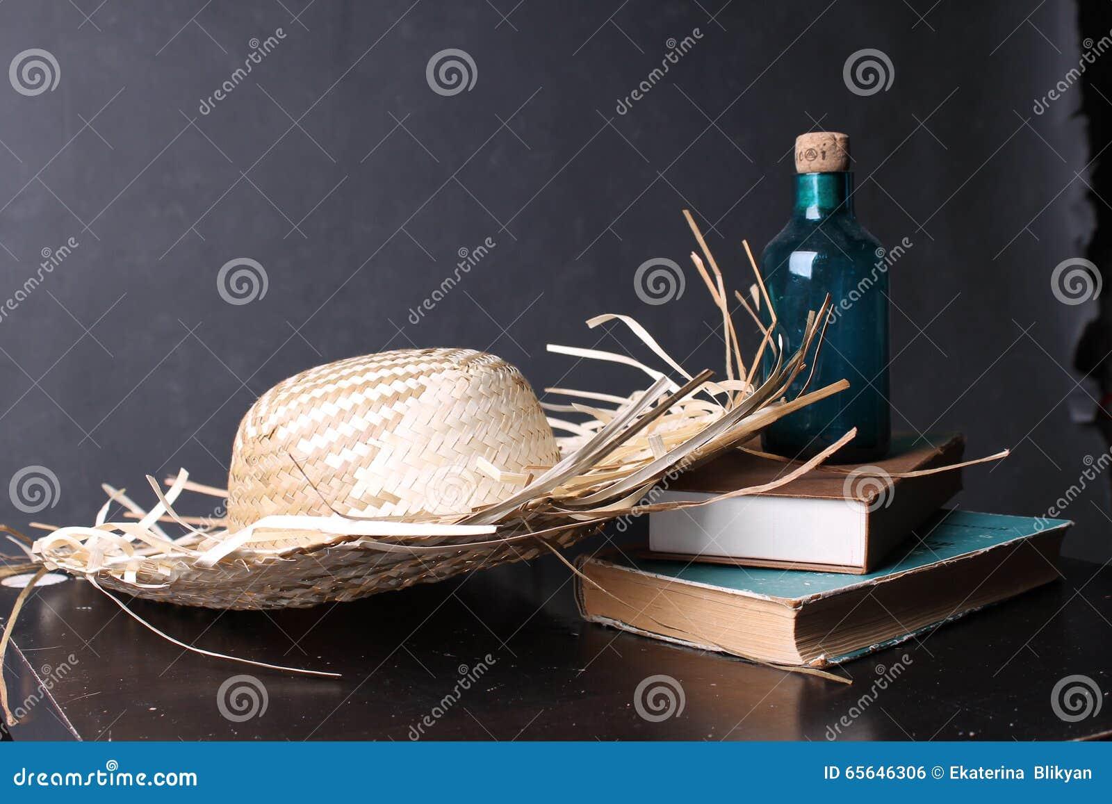 Bouteille et le livre sur la table
