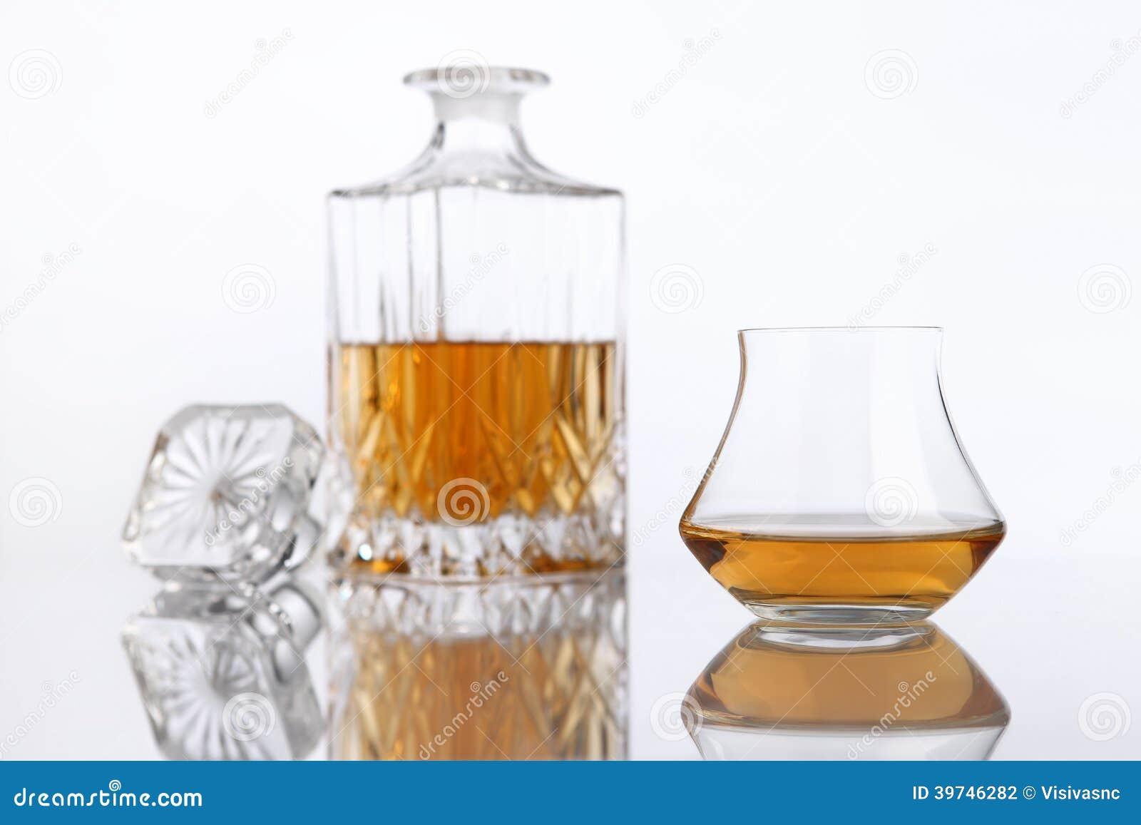 Bouteille et verre d 39 eau de vie fine sur une table blanche - Place du verre a eau sur une table ...