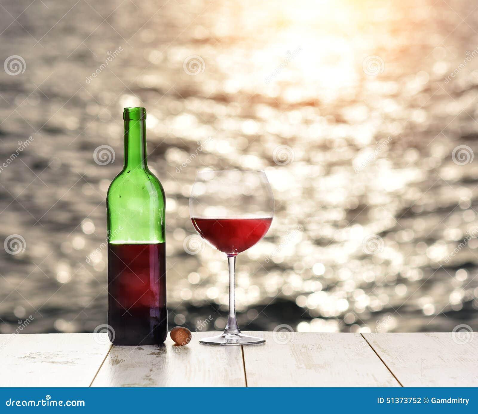 Bouteille et verre de vin rouge sur la table de toile for Position des verres sur une table