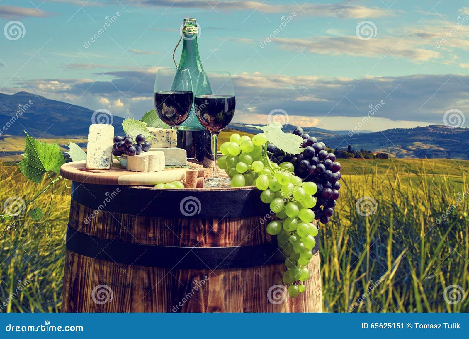 Bouteille et verre de vin rouge sur le vieux baril
