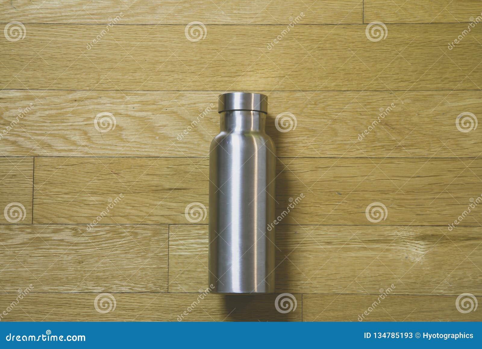 Bouteille Garder-chaude thermoisolante d acier inoxydable de bouteille sur la table en bois