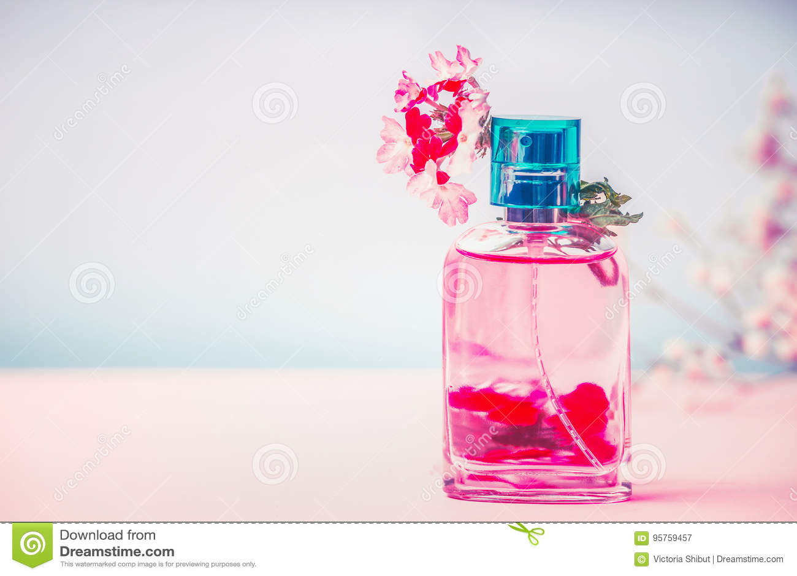 bouteille rose de parfum avec les fleurs le produit cosm tique naturel ou le concept de beaut. Black Bedroom Furniture Sets. Home Design Ideas