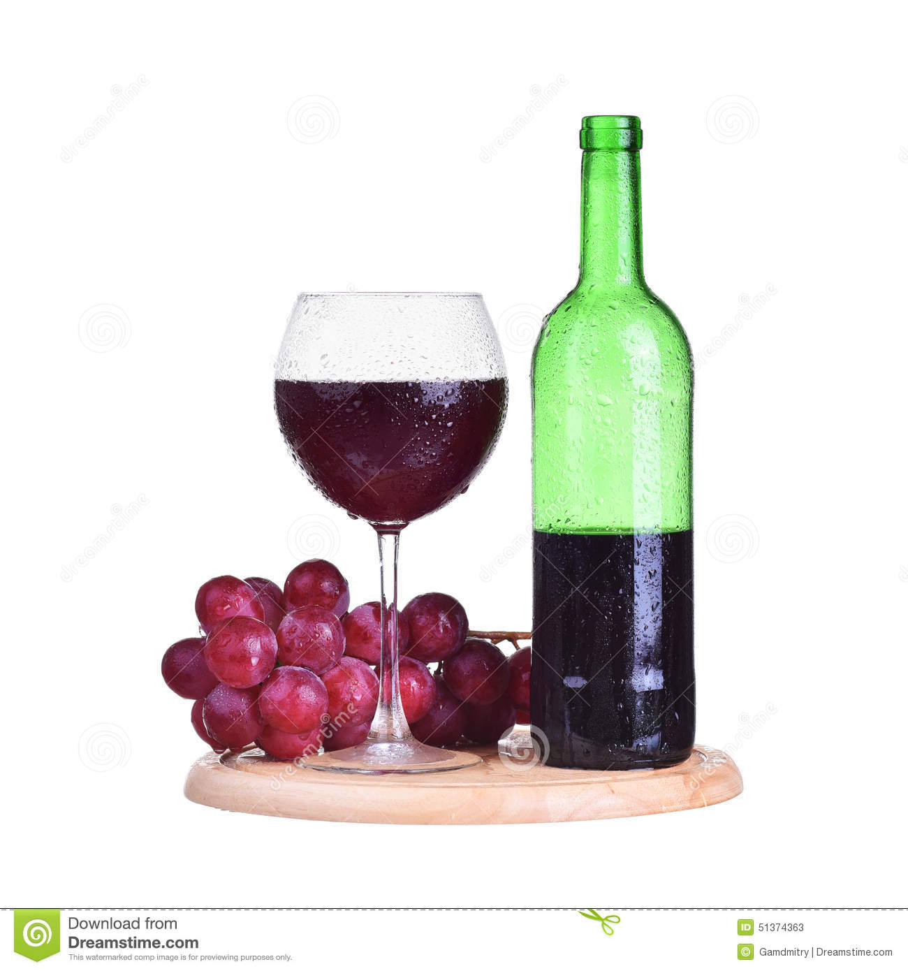 bouteille vin rouge en verre avec des raisins d 39 isolement sur le fond blanc photo stock image. Black Bedroom Furniture Sets. Home Design Ideas