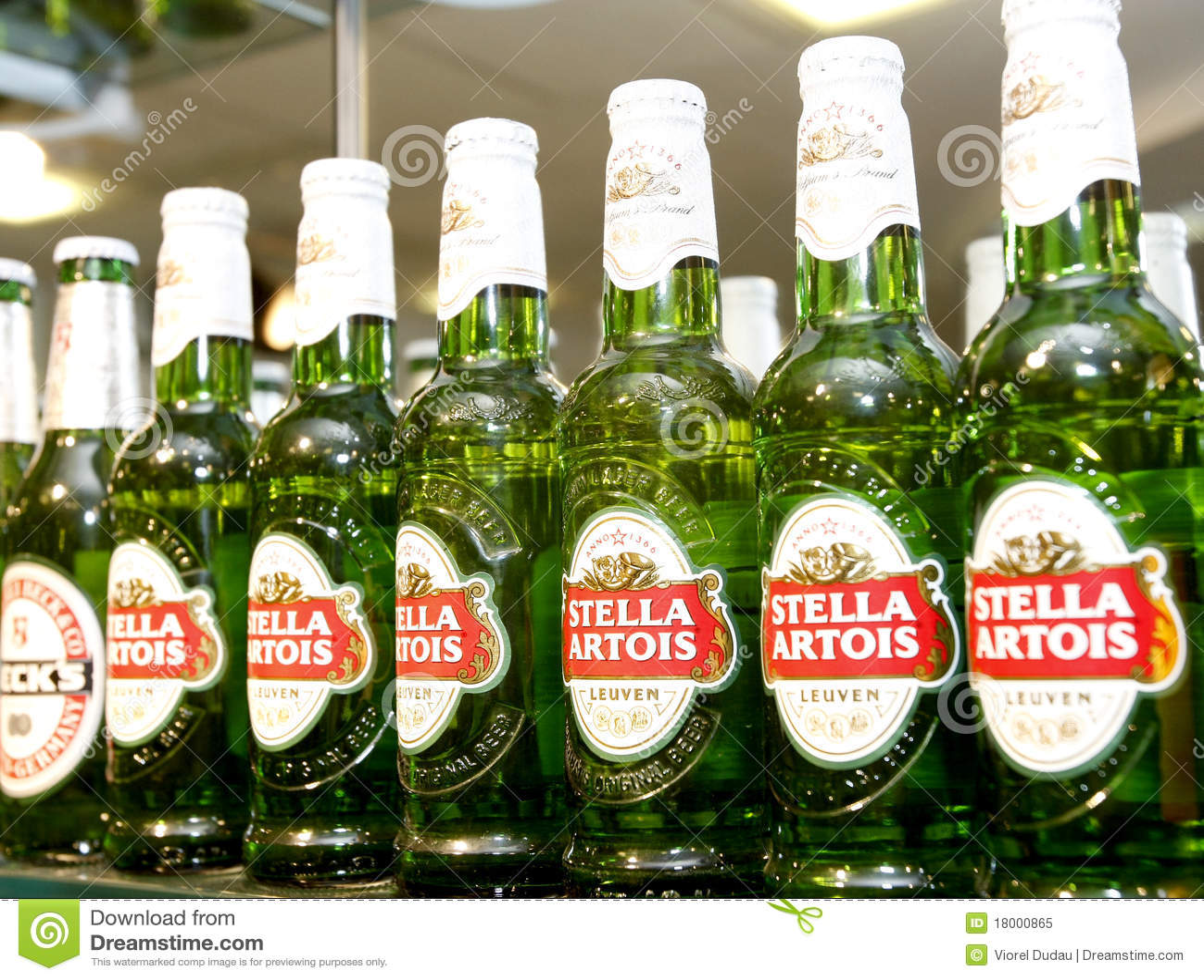 Bouteilles à bière de Stella Artois au bar