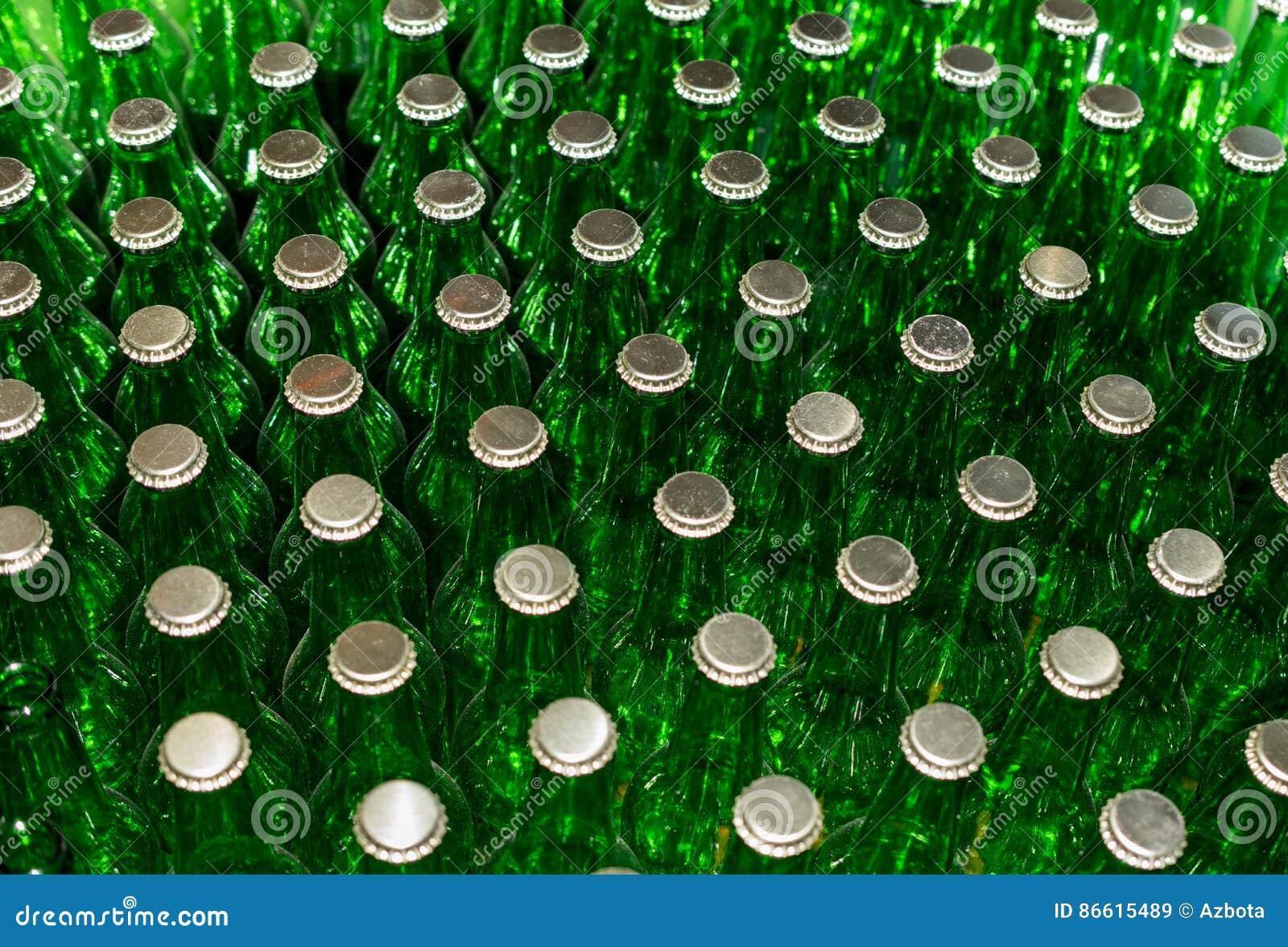 Bouteilles à bière vertes avec des chapeaux de couronne