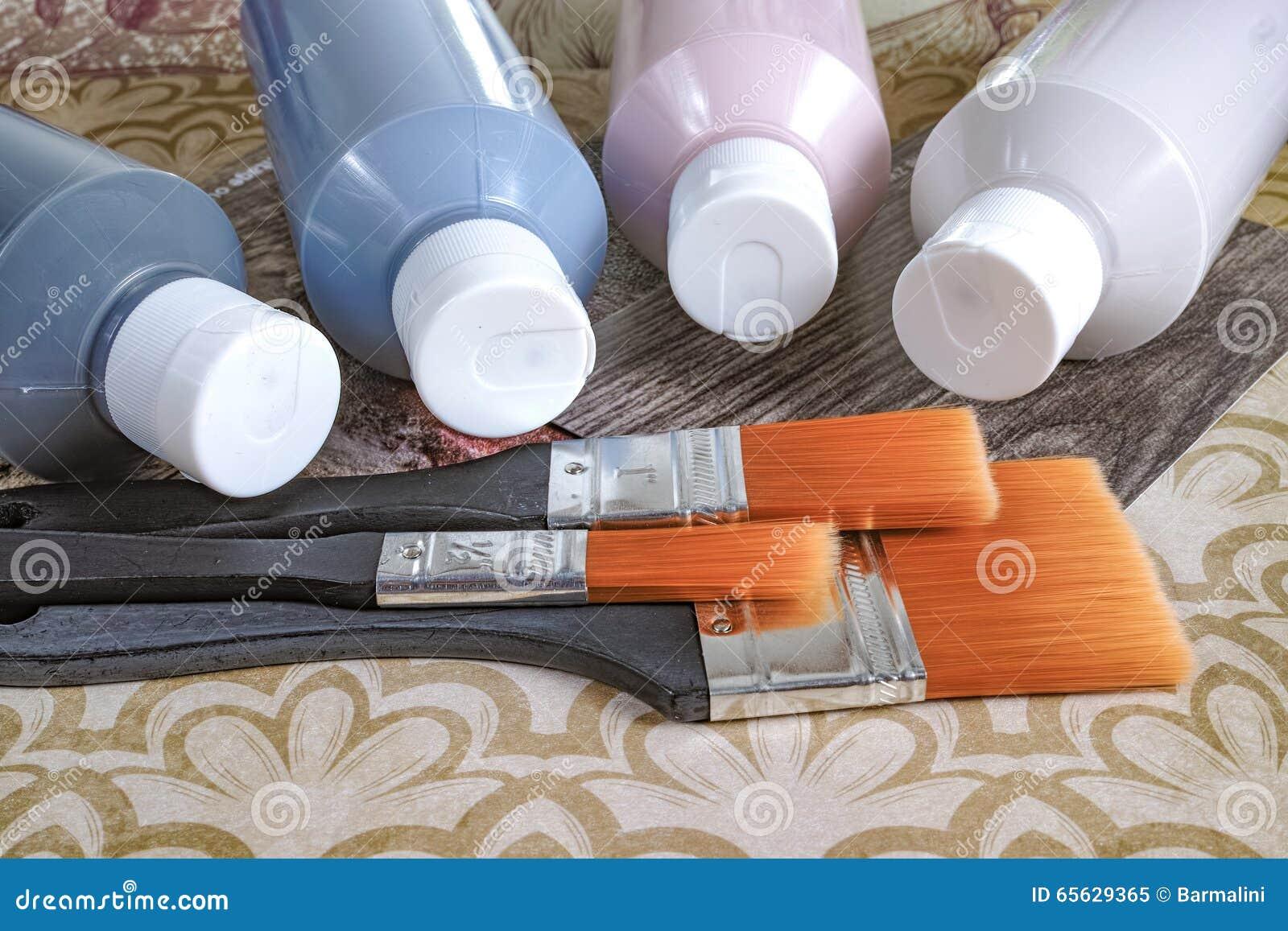 Bouteilles avec la peinture acrylique avec des brosses, fait main, le passe-temps et la décoration