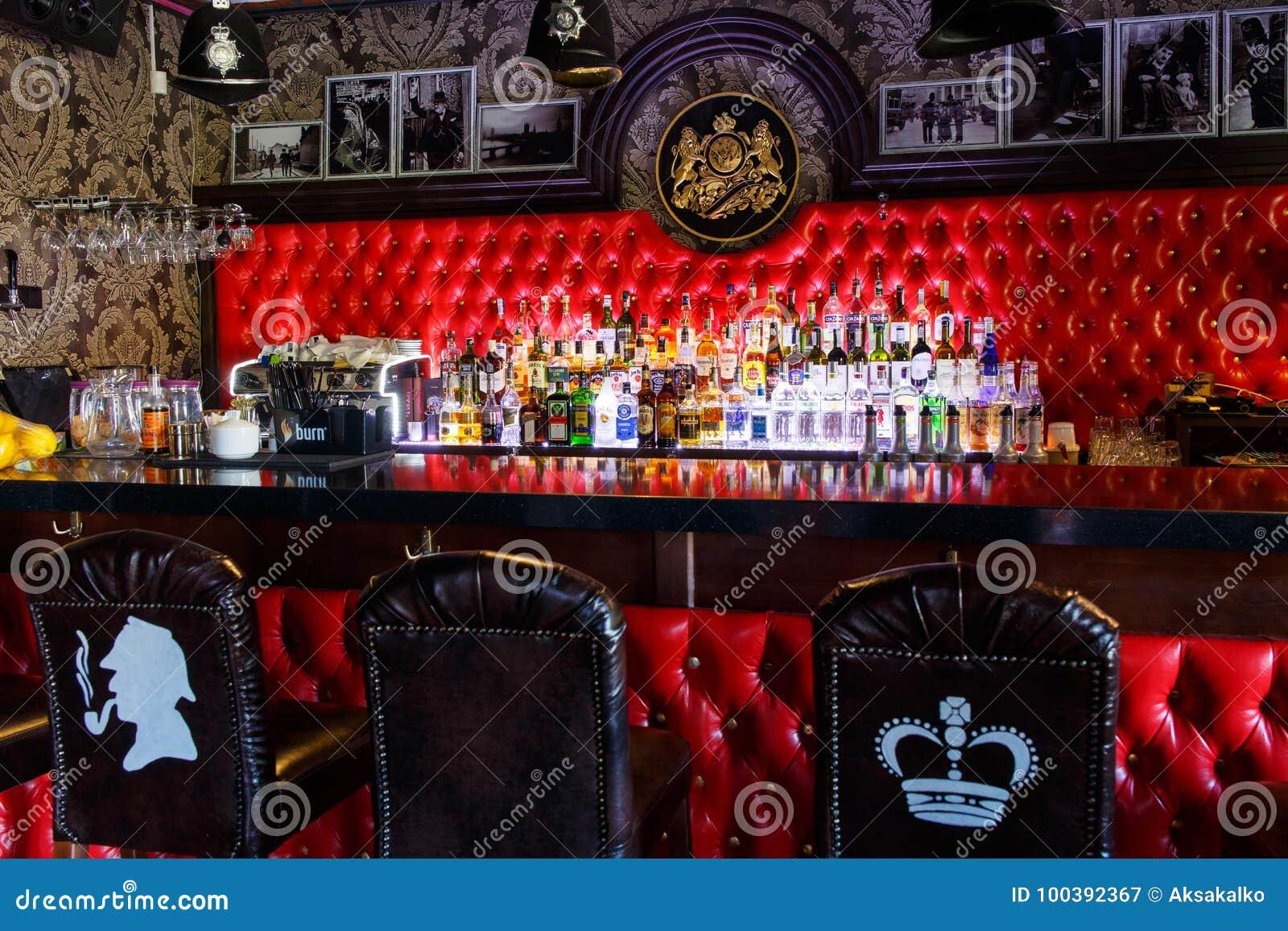 Bouteilles brouillées d alcool sur une barre