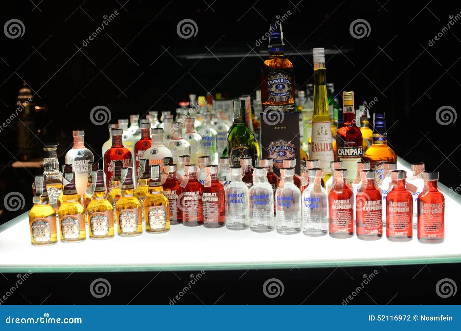 Image Boisson Alcoolisee : Bouteilles de boissons alcoolis?es, boisson alcoolis?e, alcool dans