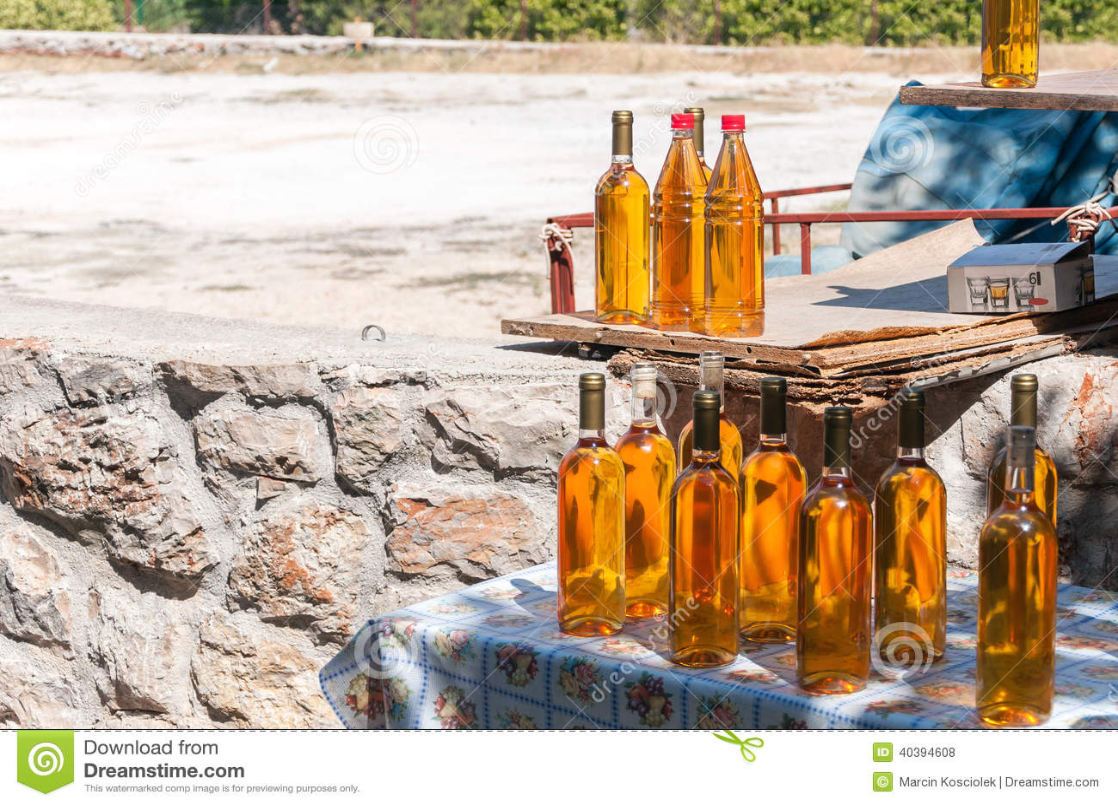 Bouteilles de prosek fait maison croate de vin photo stock - Range bouteille fait maison ...