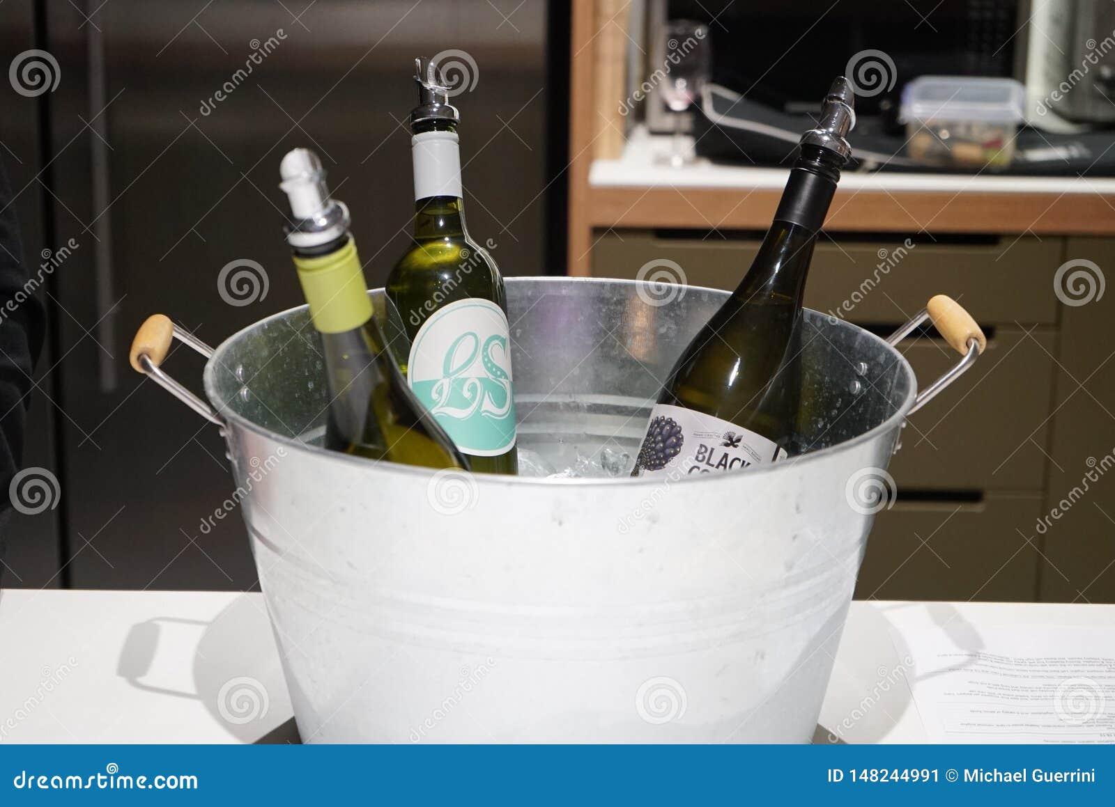3 bouteilles de vin dans un seau métallique