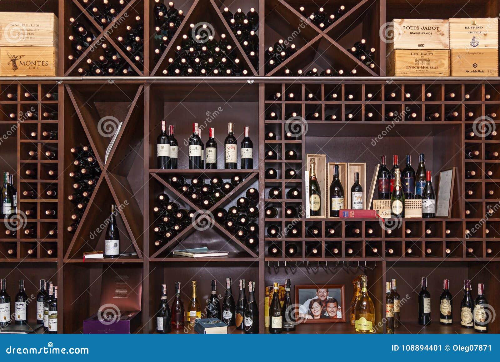 Bouteilles de vin sur les étagères