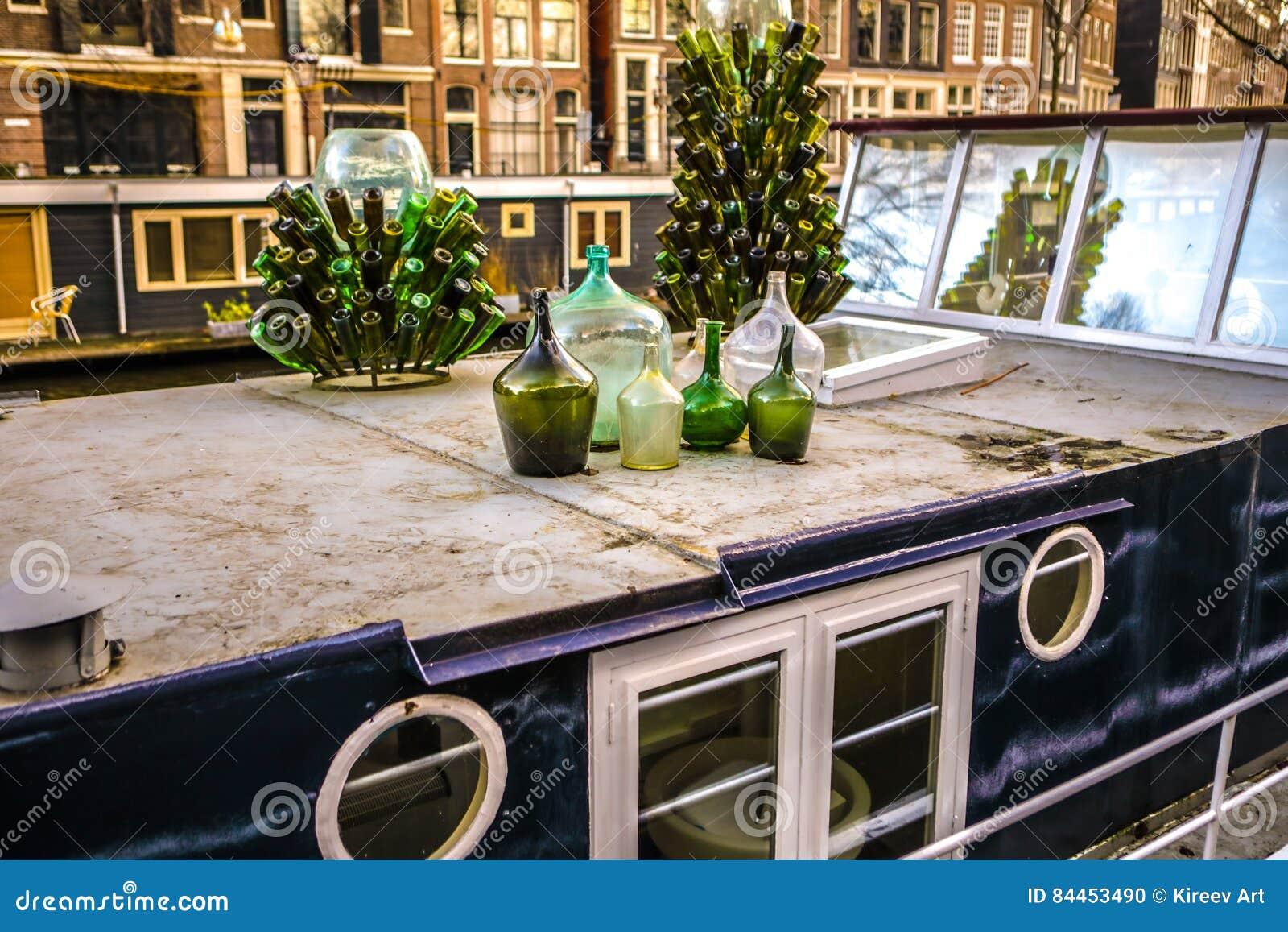 Bouteilles en verre vertes en tant qu élément décoratif