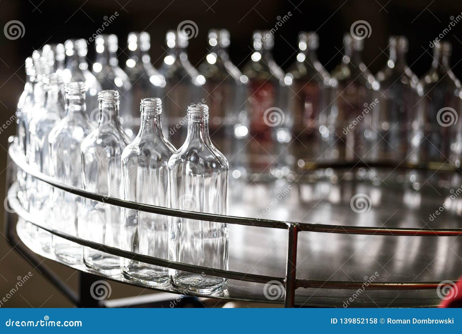 Bouteilles en verre vides sur le convoyeur Usine pour mettre les boissons en bouteille alcoolisées