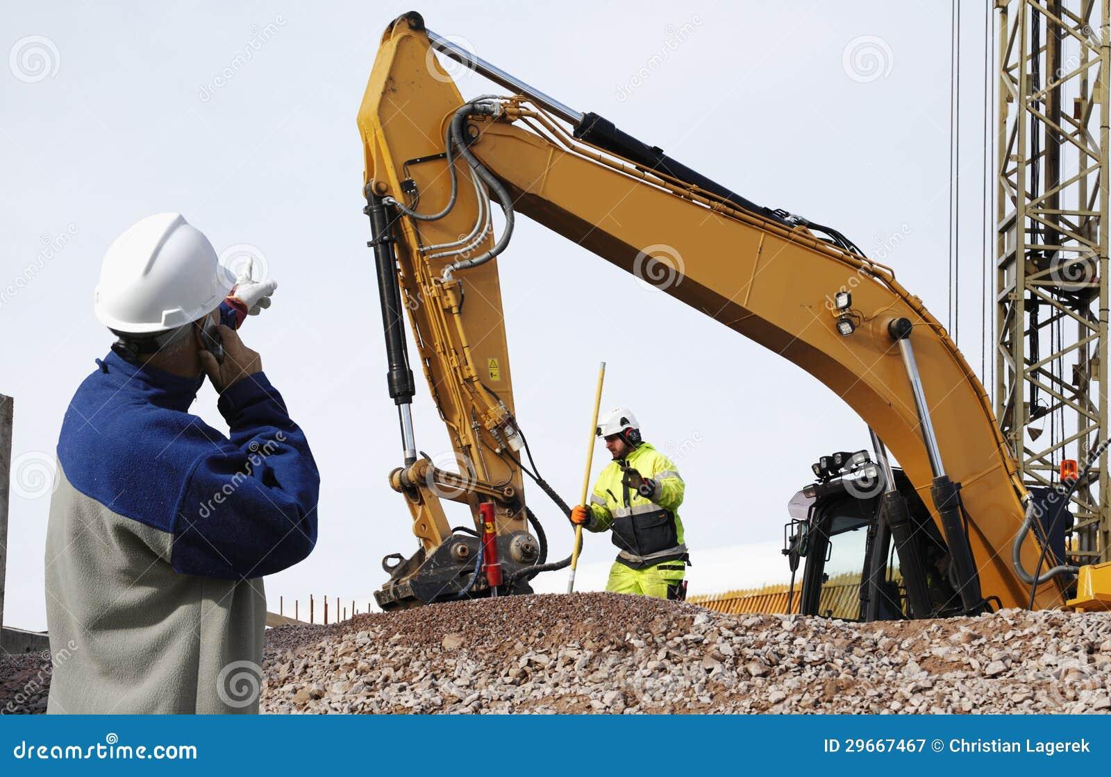 Bouteur et travailleurs dans l action