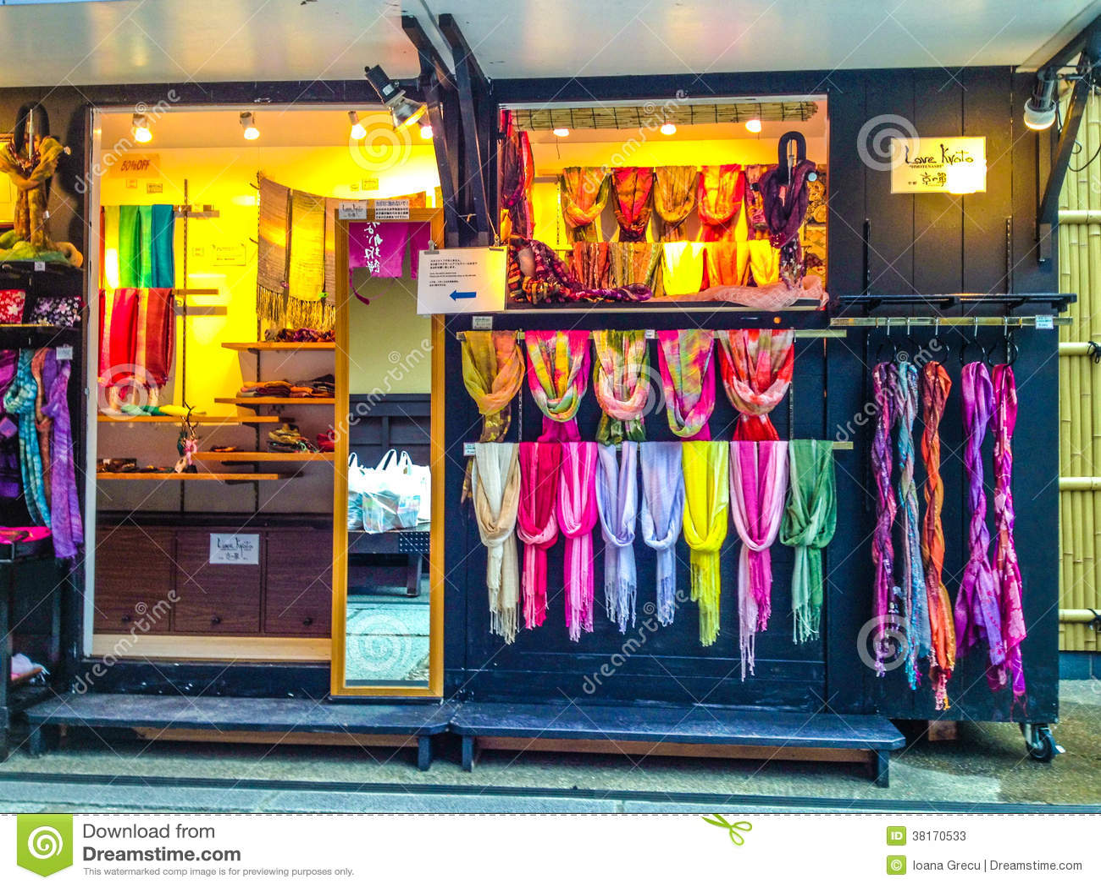 cfa0d0d0c1b Boutique d écharpe à Kyoto photo stock éditorial. Image du élégant ...