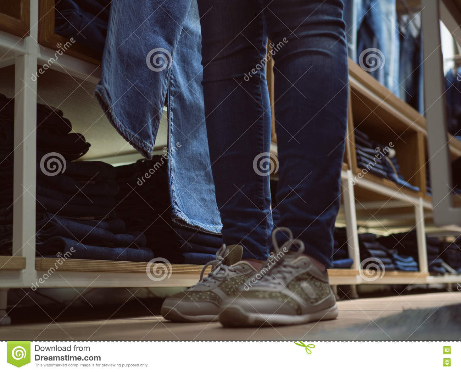Boutique des vêtements de jeans Fille de jambes dans des jeans dans le stor d habillement de denim
