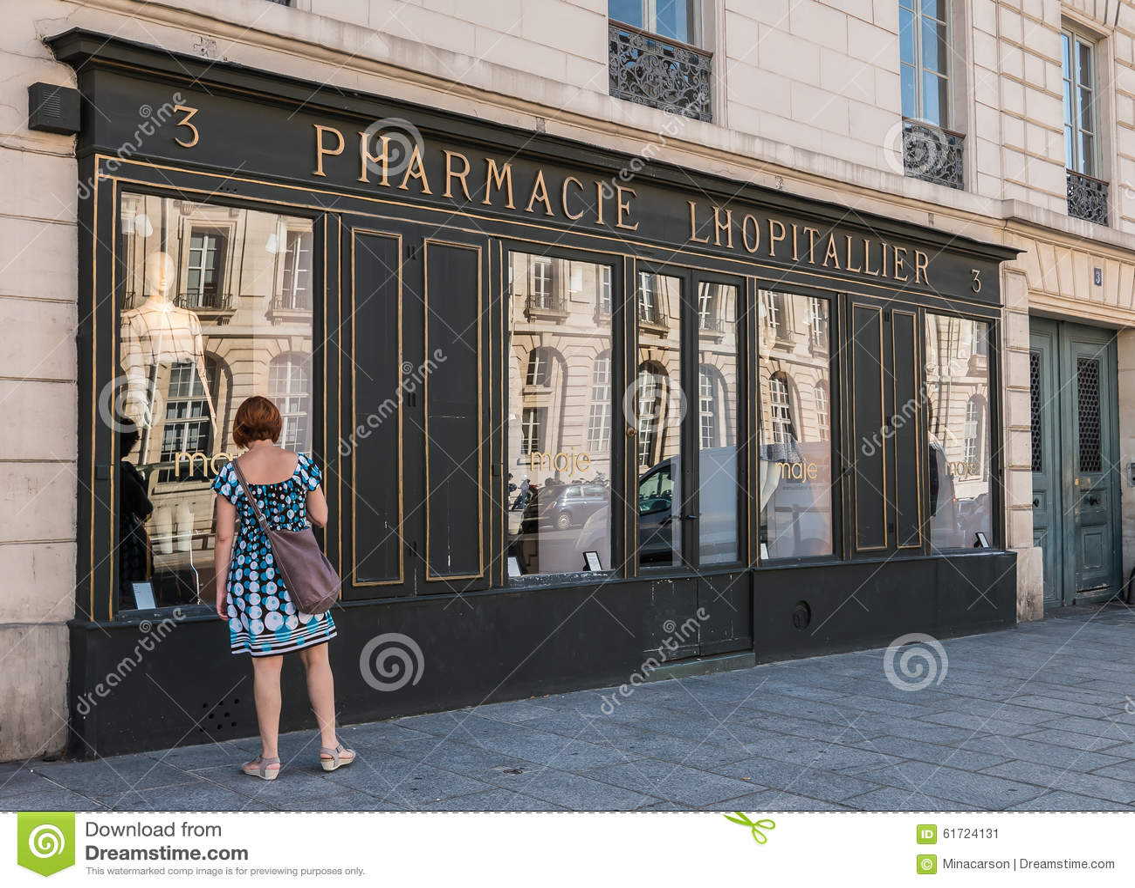 boutiques de fen tre de femme en dehors de magasin de mode en bu historiques de pharmacie photo. Black Bedroom Furniture Sets. Home Design Ideas