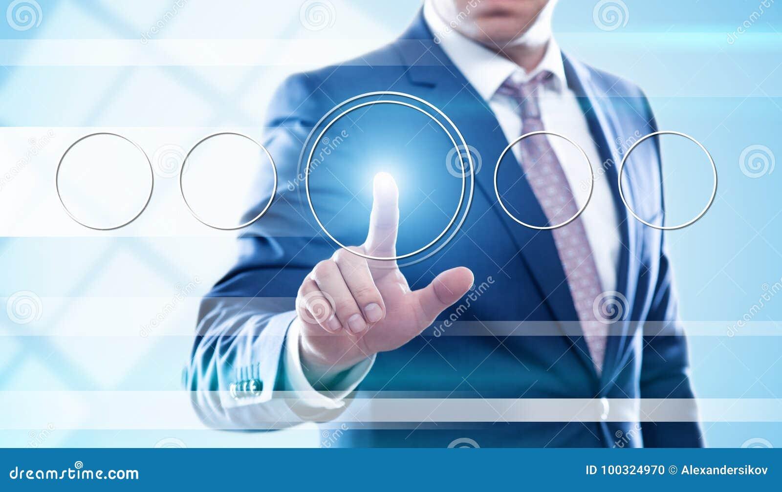 Bouton de pressing d homme d affaires sur les écrans virtuels