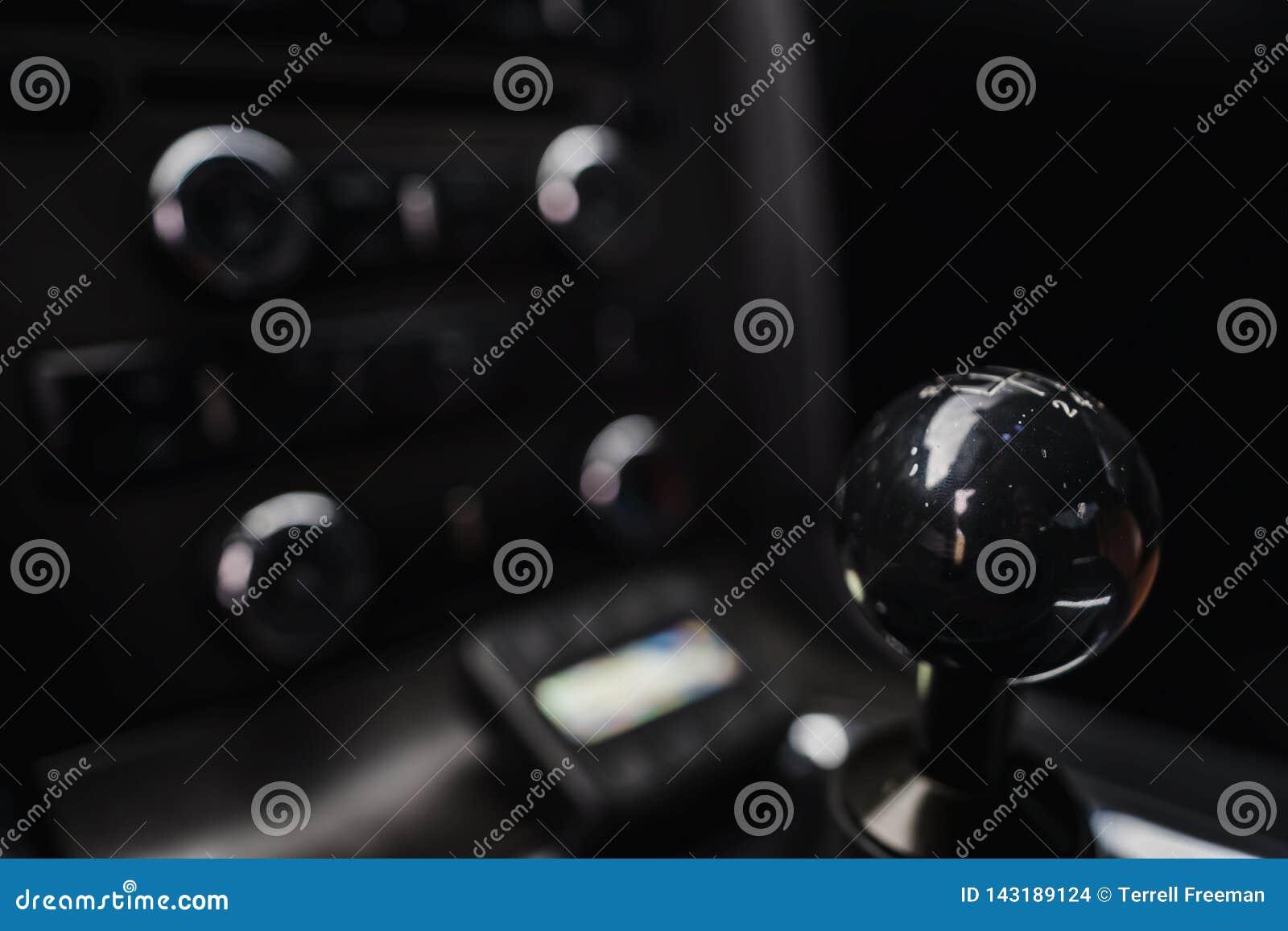 Bouton manuel de décalage contre le bokeh doux de l intérieur de la voiture