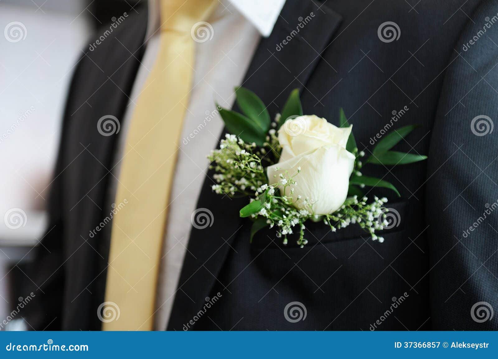 boutonniere blanc sur le costume du mari. Black Bedroom Furniture Sets. Home Design Ideas
