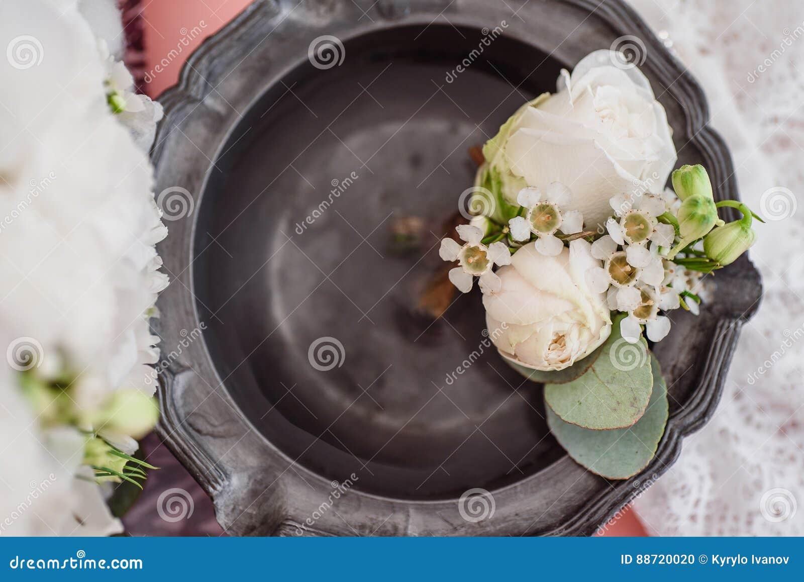 Boutonniere en bruid` s kouseband op de achtergrond van het bruid` s boeket
