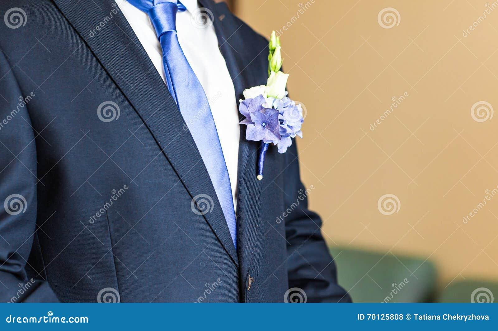 Boutonniere maravilhoso do casamento em um traje do close-up do noivo