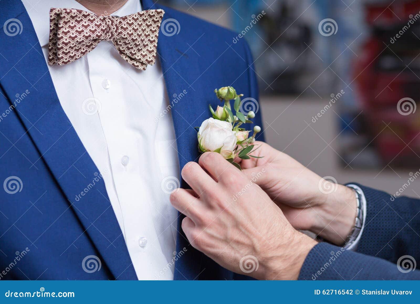 Boutonniere op in bruidegom bij huwelijk