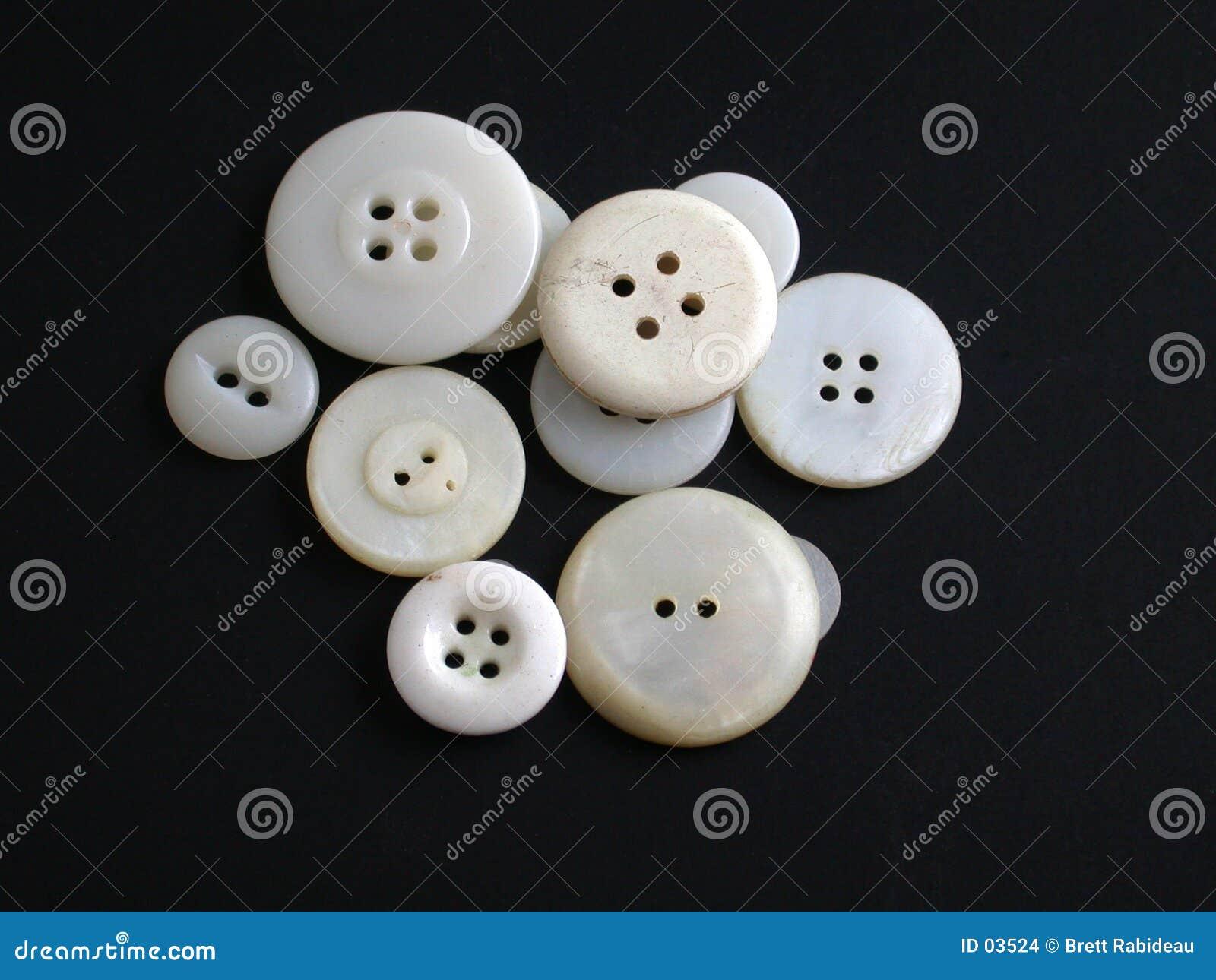 Boutons blancs antiques sur un fond noir
