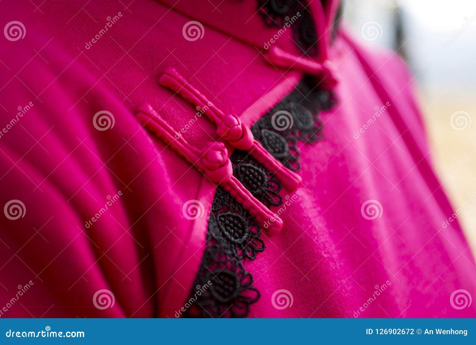 Boutons rouges de noeud de rose de Chinois de plan rapproché