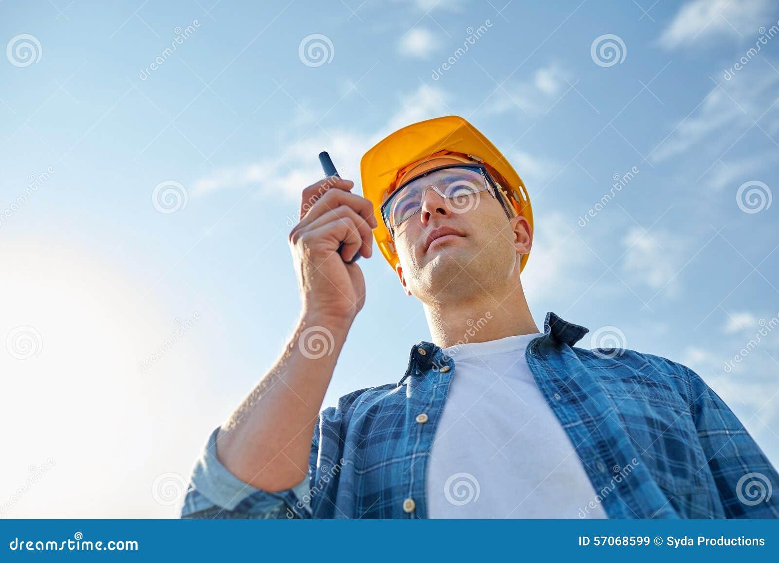 Bouwer in bouwvakker met walkie-talkie