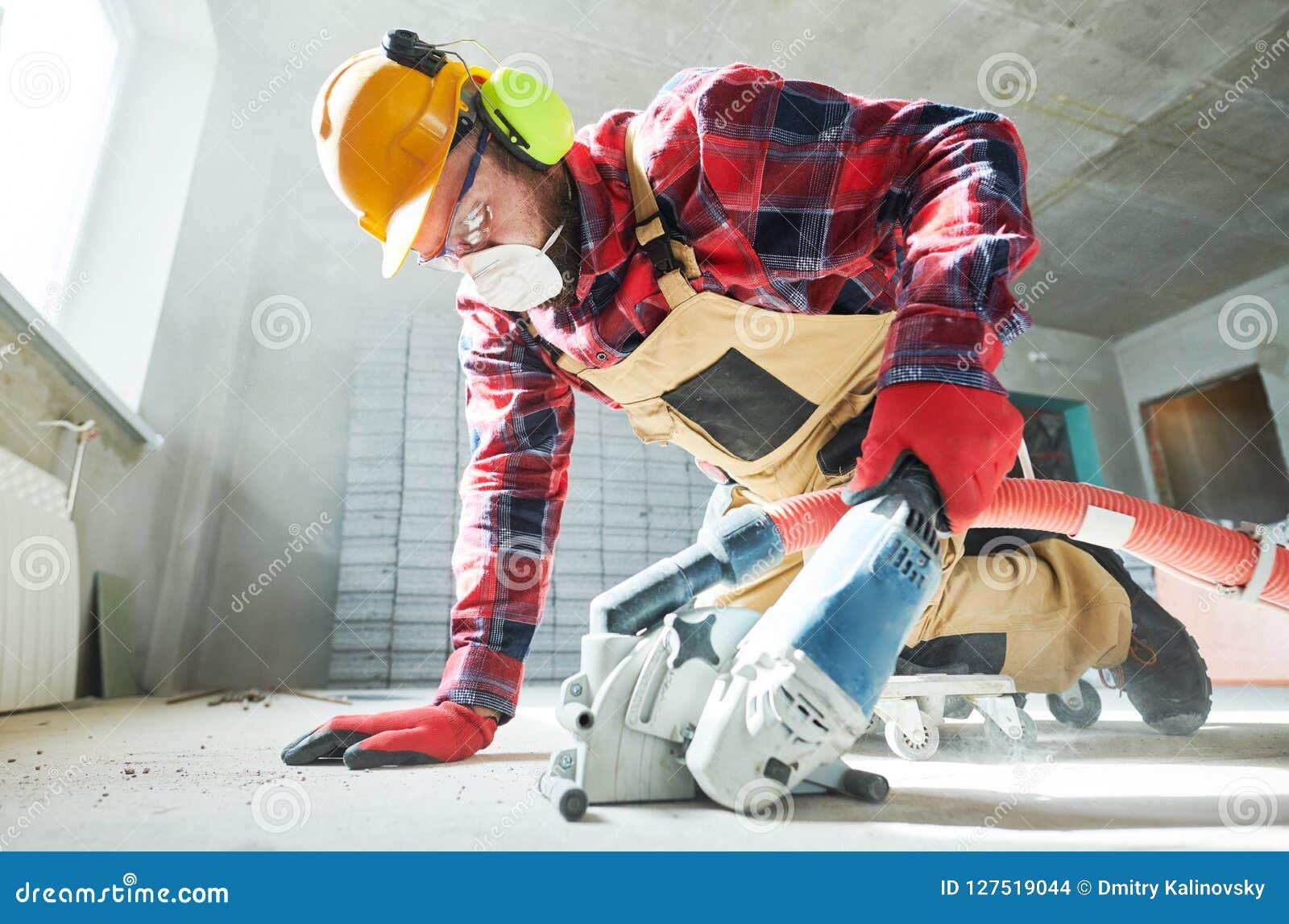 Bouwer op het werk scherpe concrete vloer voor aanleg van kabelnetten door diamant die machine scheuren
