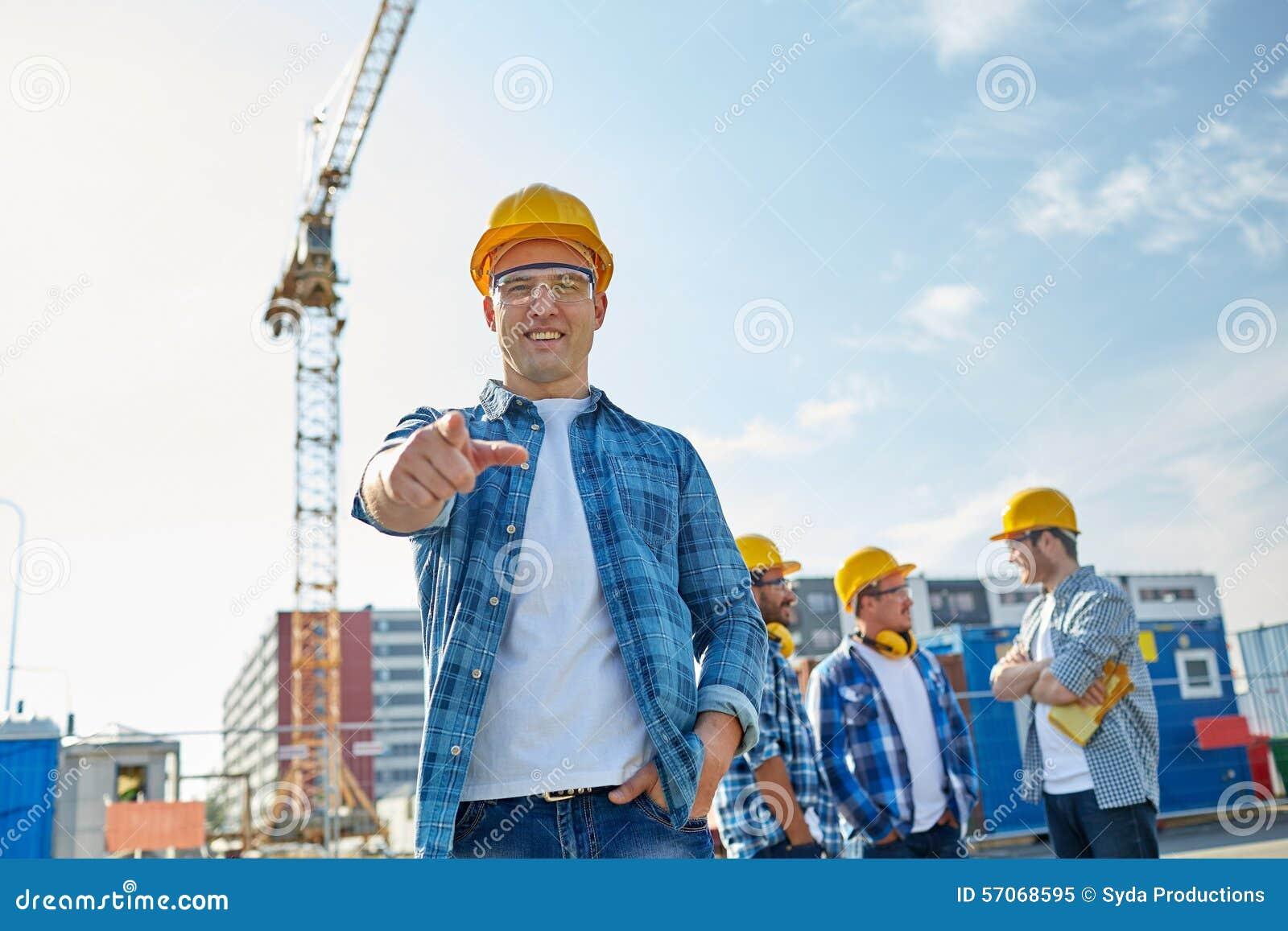 Bouwers die vinger op u bij de bouw richten