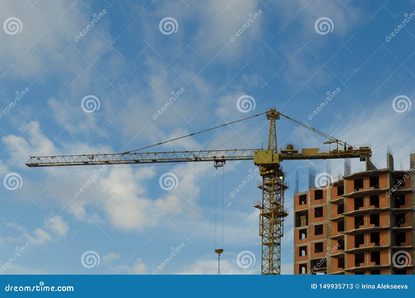 Bouwkraan op de bouwwerf van een baksteen woonhuis