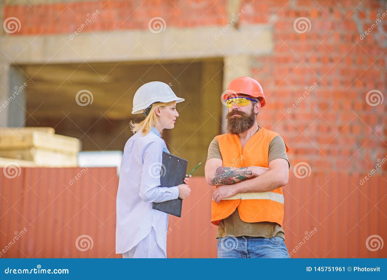 Bouwproject het inspecteren Het concept van de veiligheidsinspecteur De inspectie van de bouwwerfveiligheid Bespreek vooruitgangs