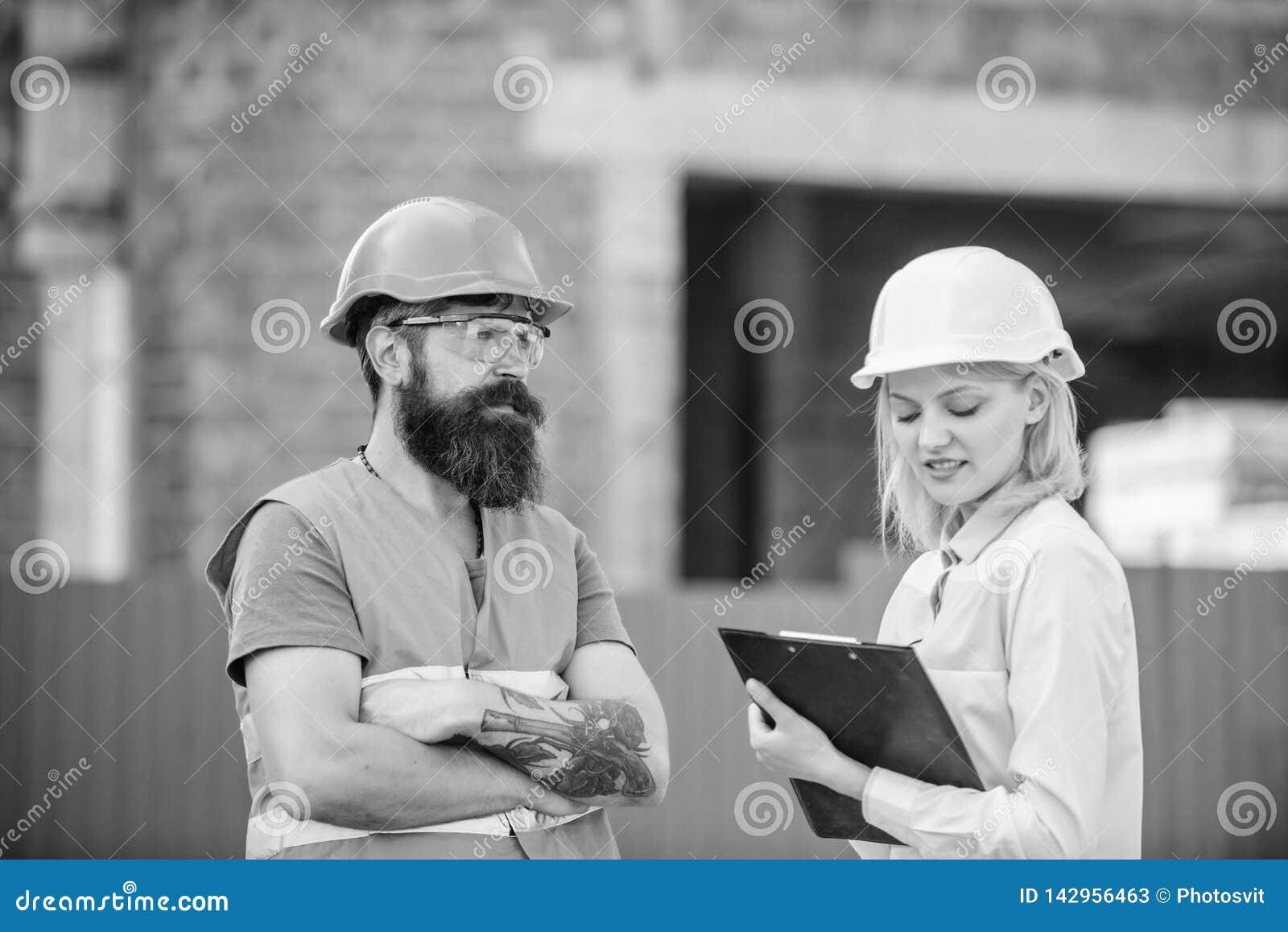 Bouwproject het inspecteren De inspectie van de bouwwerfveiligheid Bespreek vooruitgangsproject Het concept van de veiligheidsins