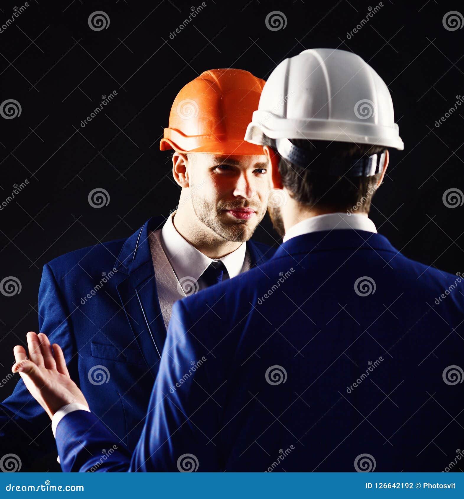 Bouwvakconcept Technische architectenbesprekingen aan projectleider met ernstig gezicht Ingenieurs met kalme gezichten