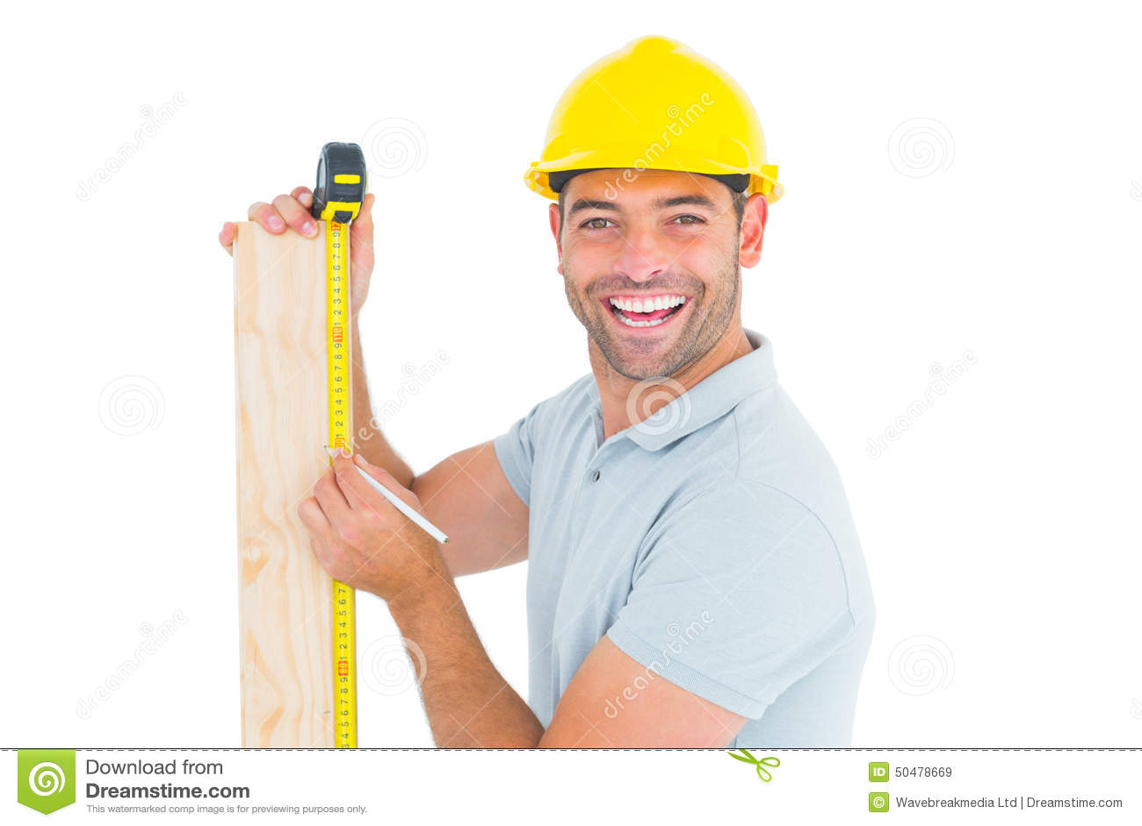 Bouwvakker die maatregelenband op plank gebruiken te merken