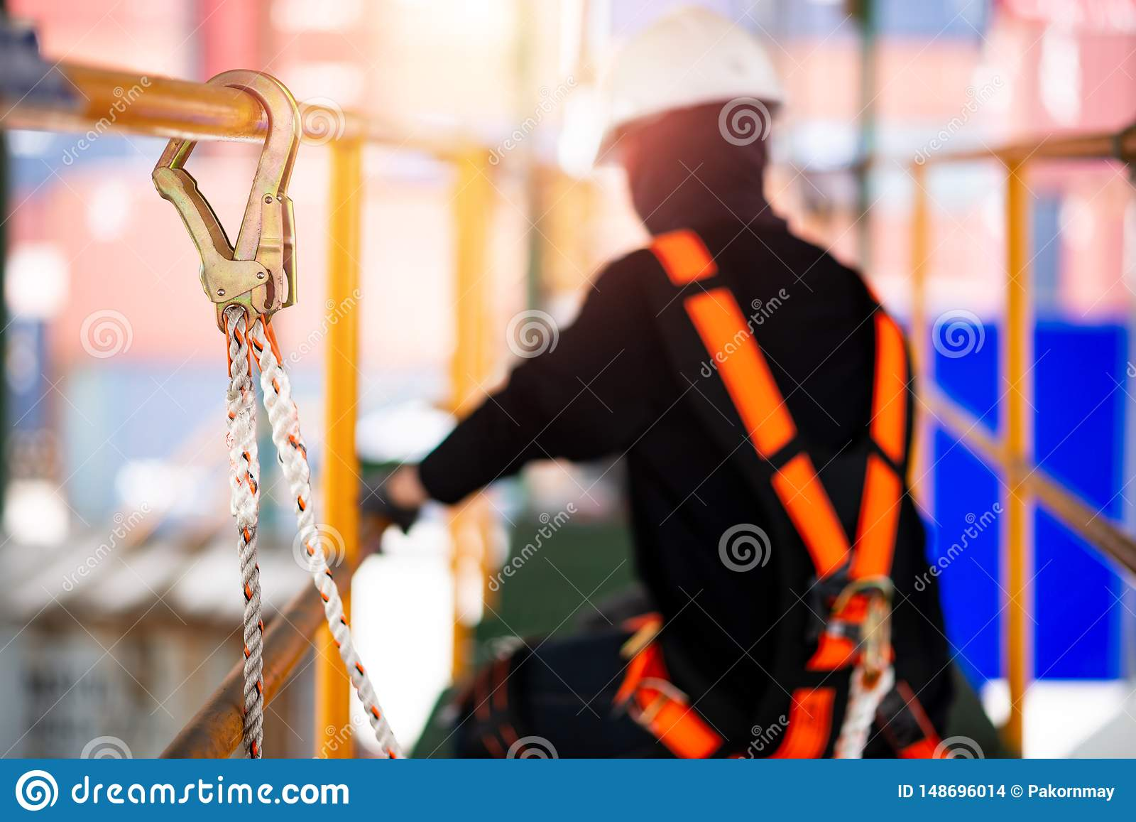 Bouwvakker die veiligheidsuitrusting en veiligheidslijn dragen