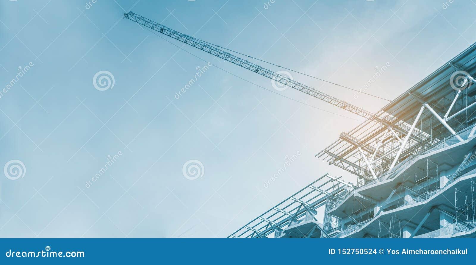 Bouwwerf, kranen en steiger, betonconstructie