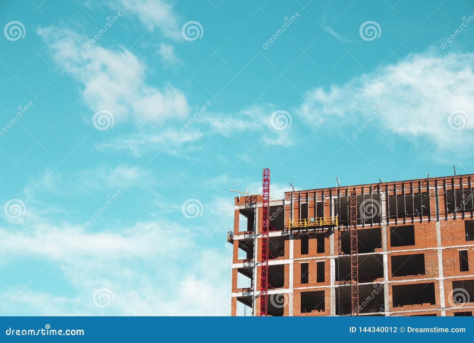 Bouwwerf met bouwers die zich bevinden bouw