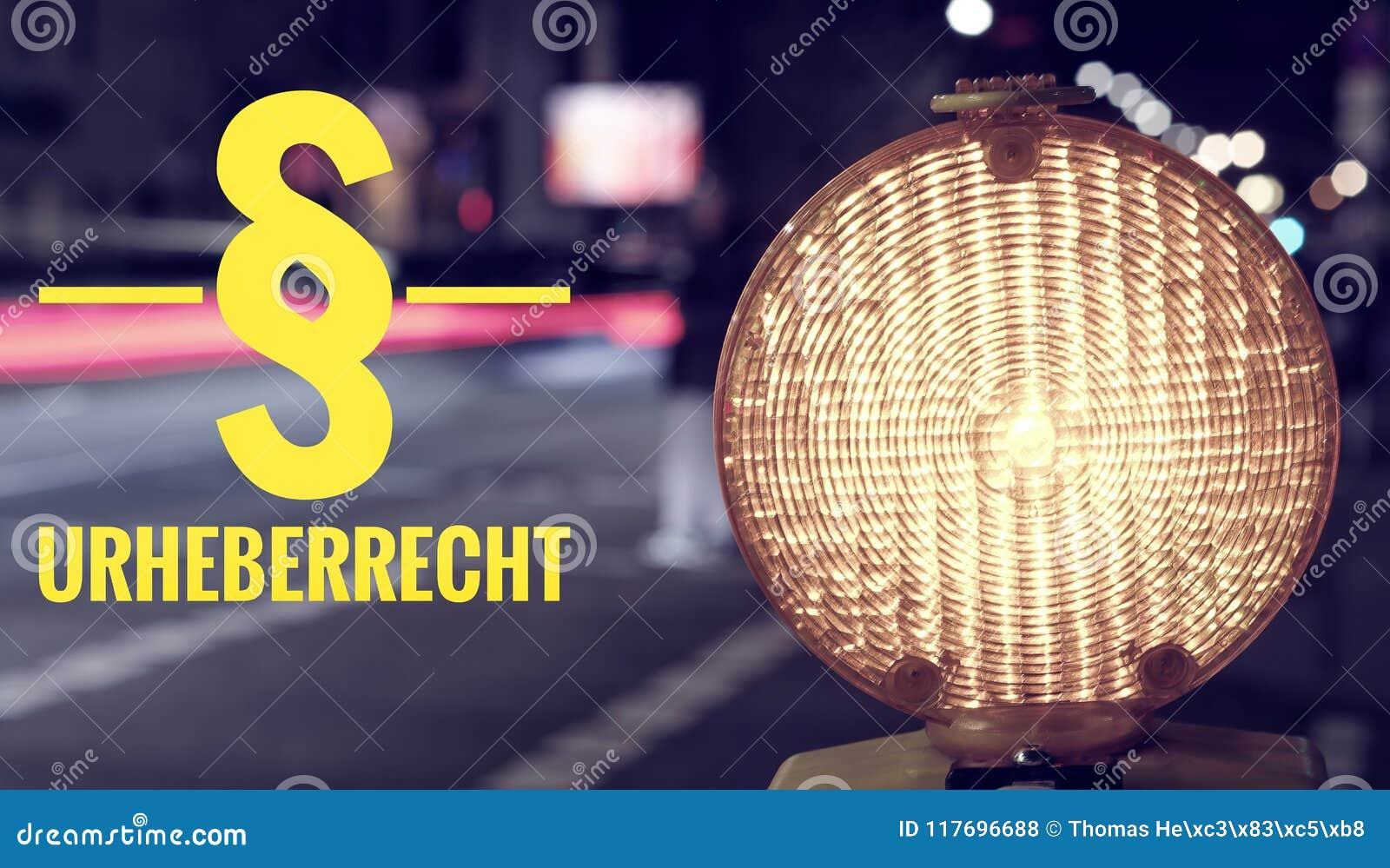 Bouwwerflamp en verkeer bij nacht met de inschrijving in Duitse § Urheberrecht in Engelse verduidelijking van auteursrecht