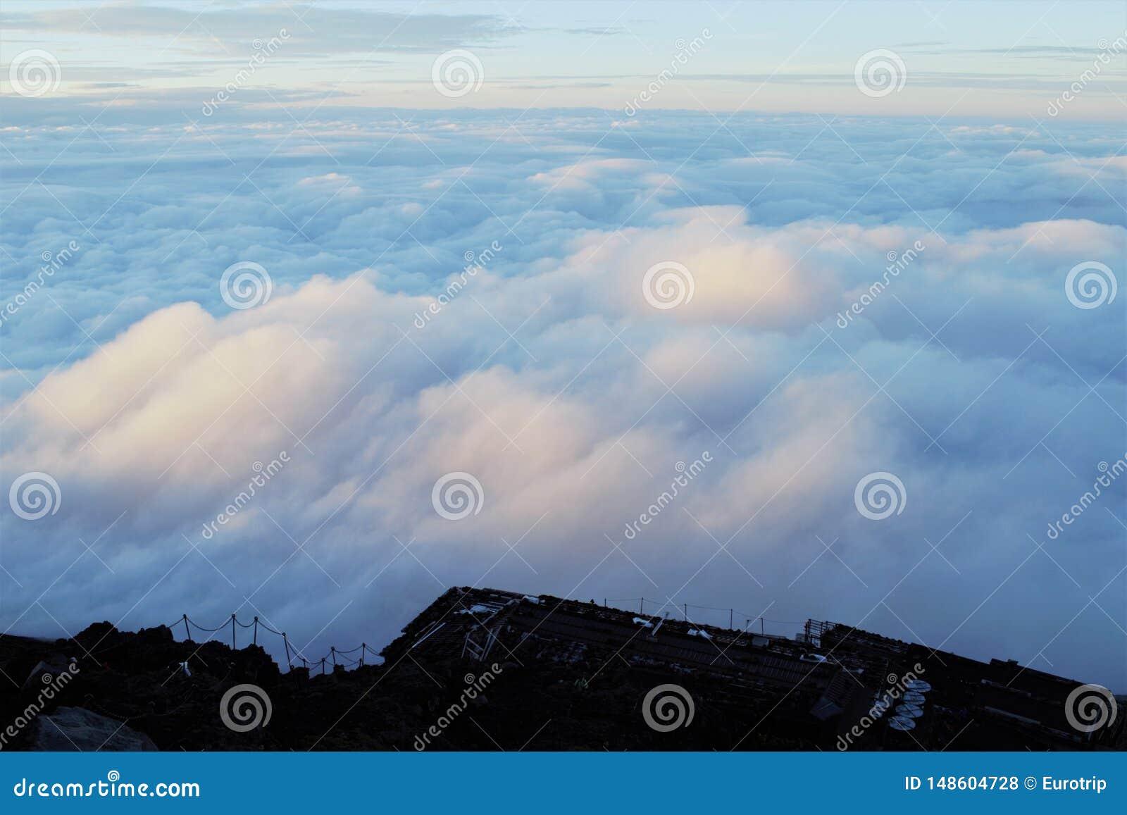 Boven de wolken in Fujisan, zet Fuji, Japan op
