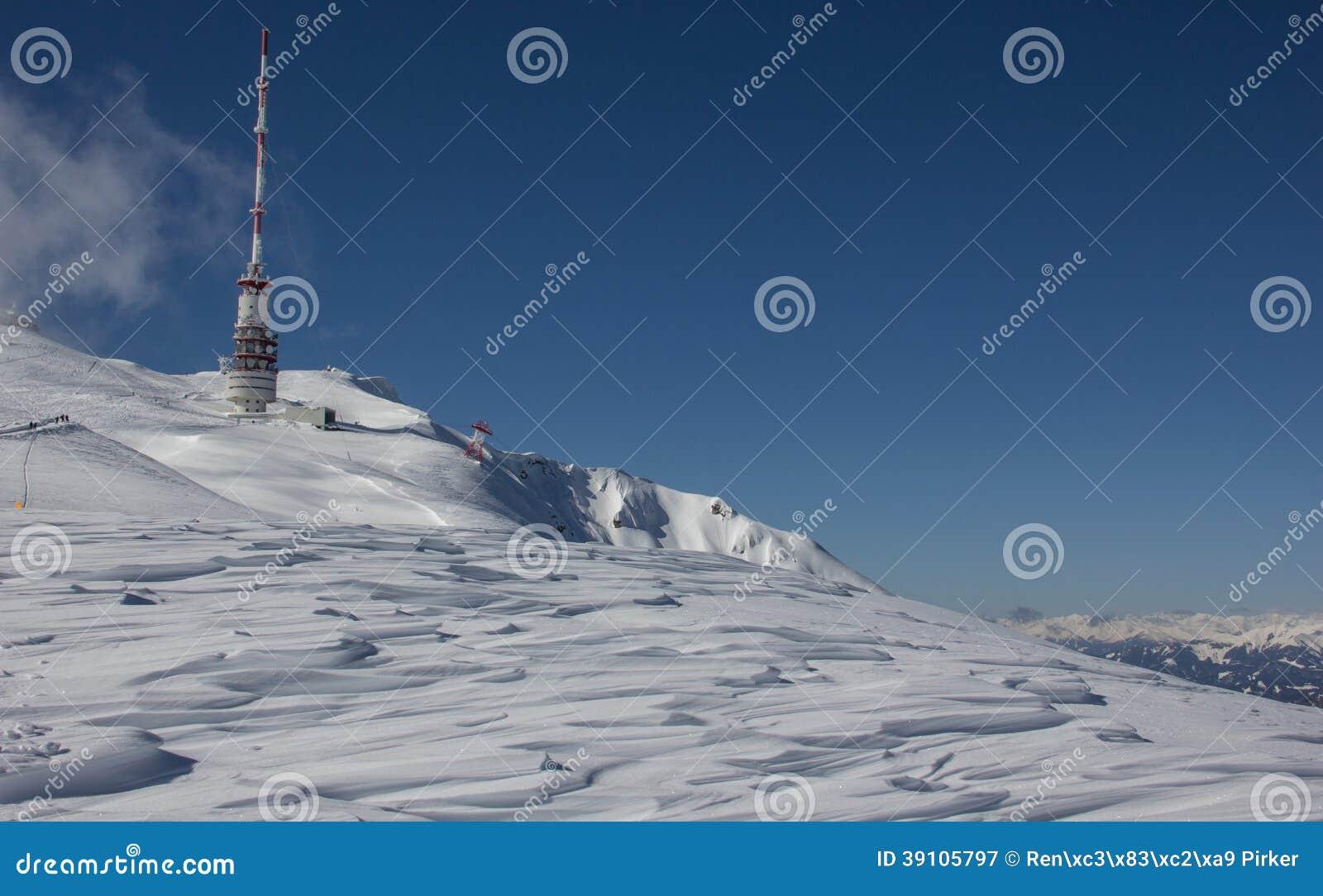 Bovenkant van Dobratsch-Zendertoren in de Winter